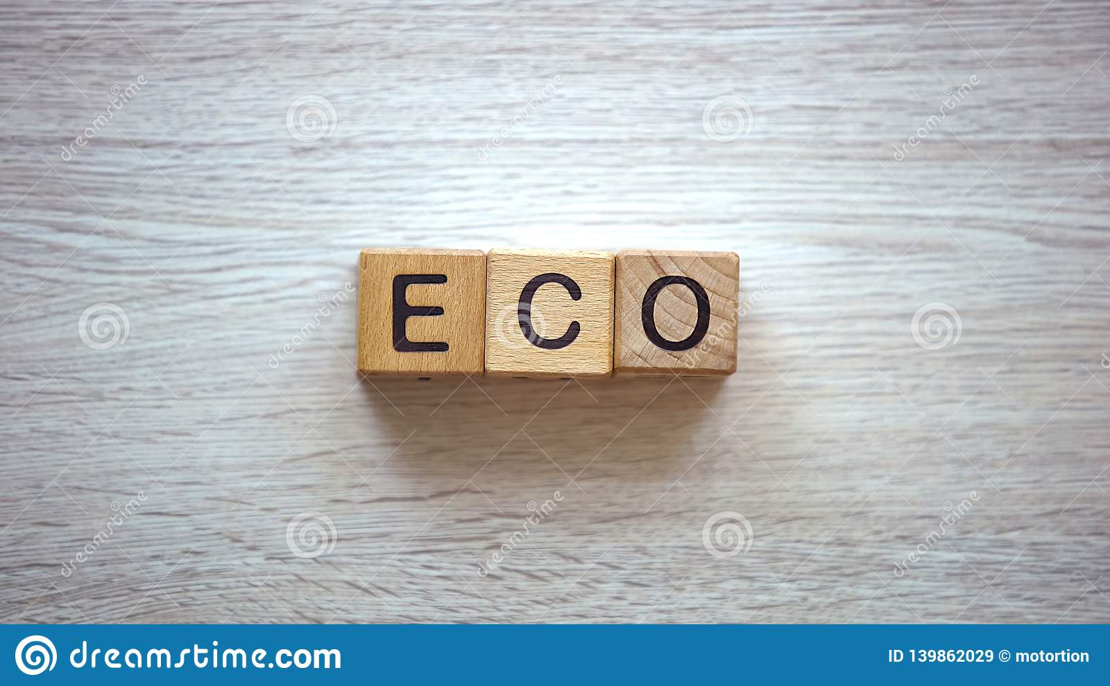 Eco词由木立方体制成,方式保重环境回收废物的
