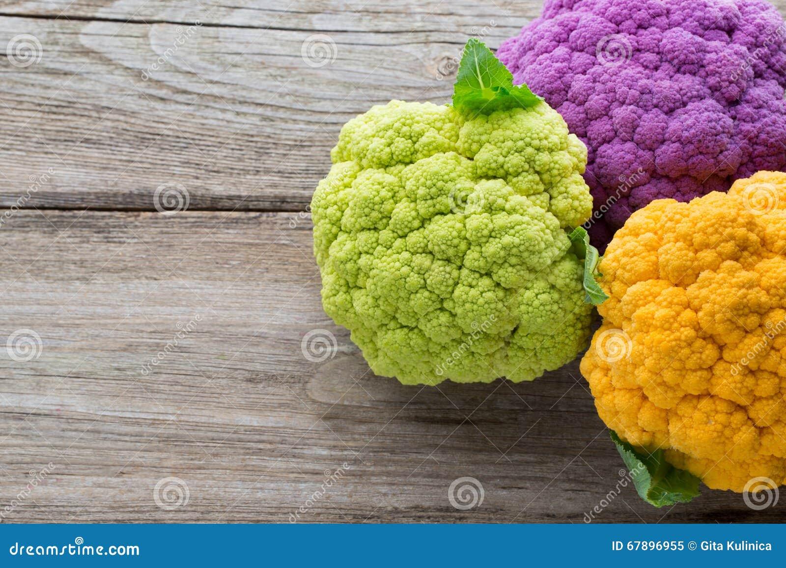 Eco花椰菜彩虹在木桌上的