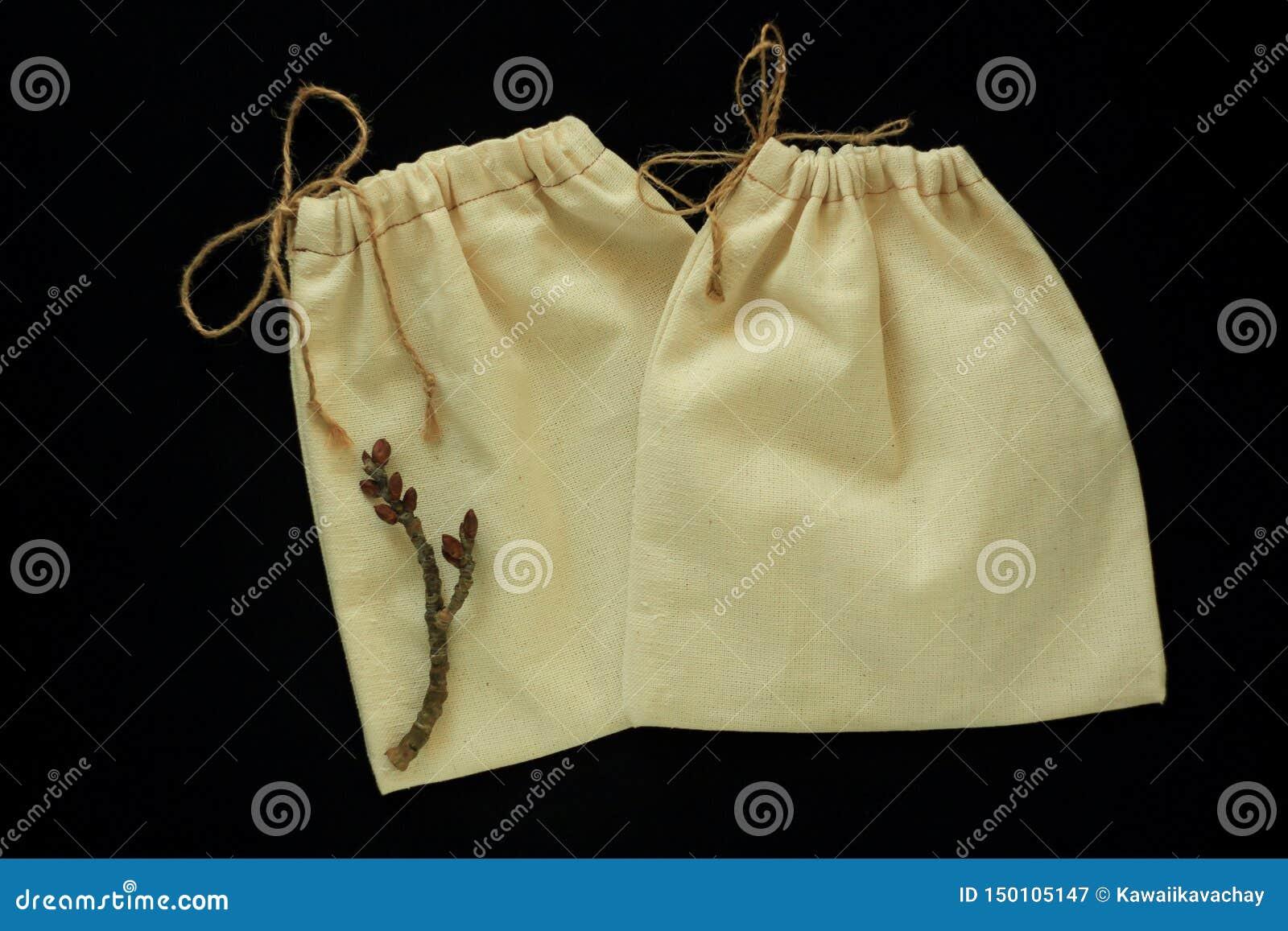 Eco袋子,自由塑料购物的可再用的棉花袋子 织品手工制造包裹 零的废概念,黑背景