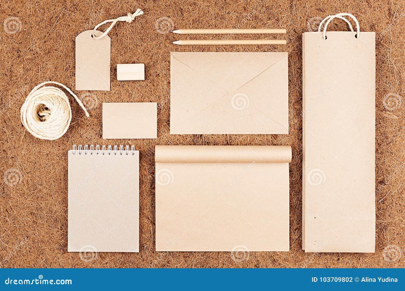 Eco förbigår att förpacka, brevpapper, gåvor av kraft papper på brun bakgrund för kokosnötfiber