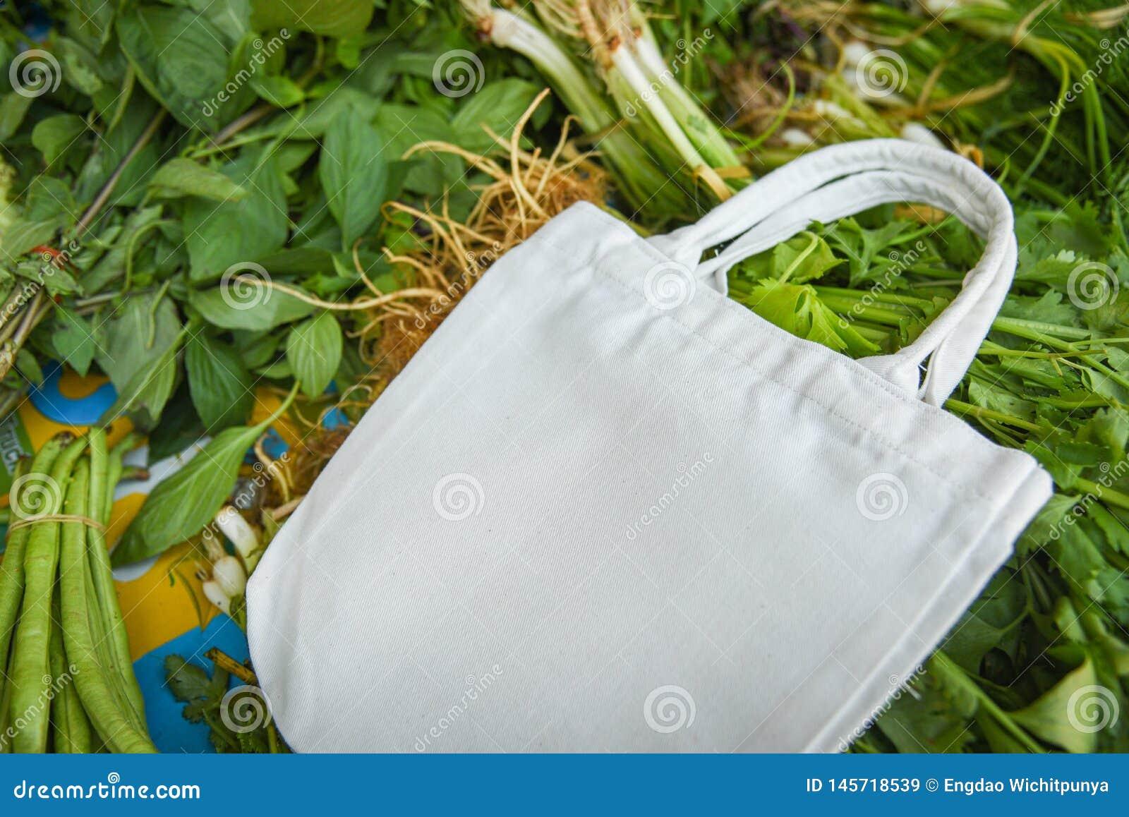 Eco katoenen stoffenzak op verse groenten markt het vrije plastic winkelen/Nul minder plastic afvalgebruik