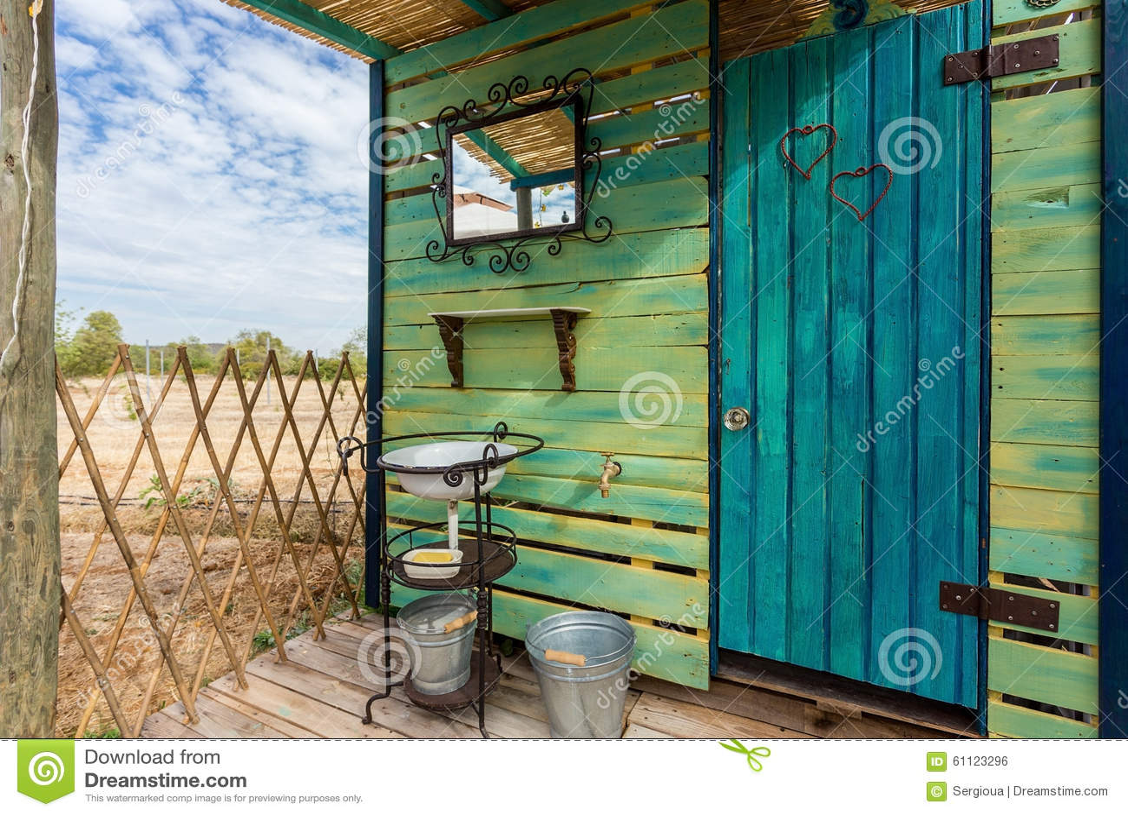 Ecologisch houten toilet op de straat stock foto afbeelding