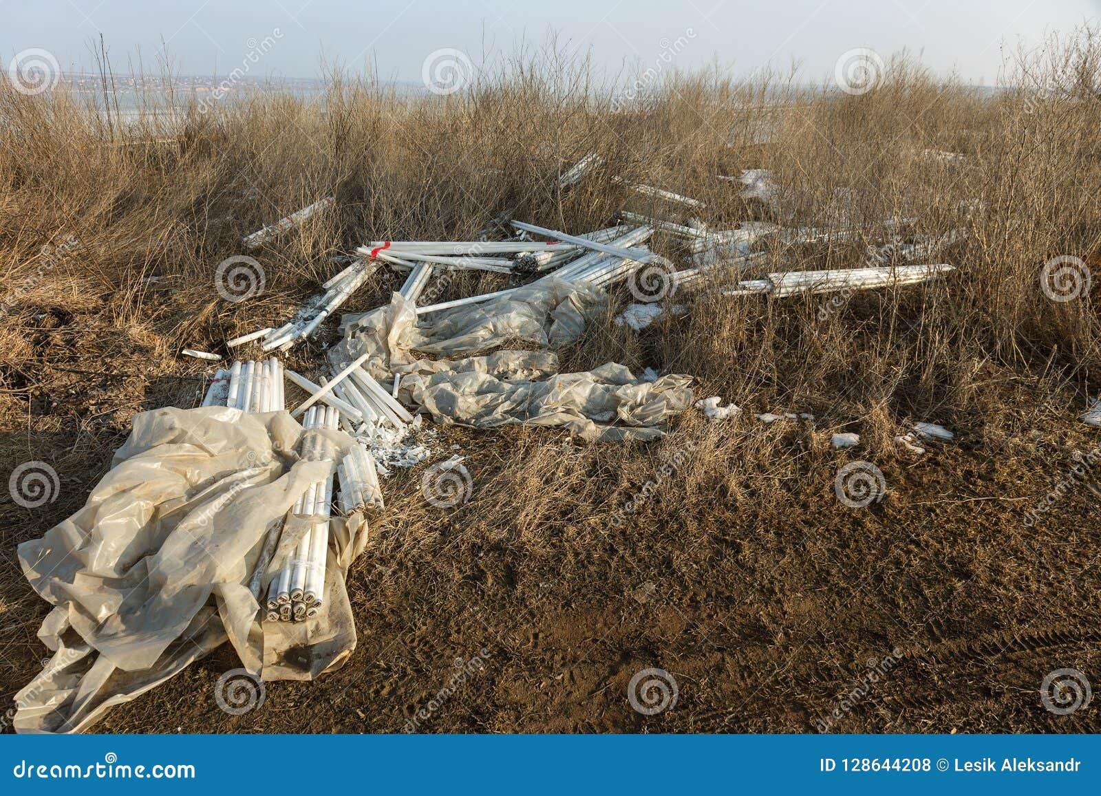 Ecologisch probleem, ramp Misdadige verwijdering van fluorescente kwiklampen, e-Afval ecologische crisisfoto Ecologische misdaad