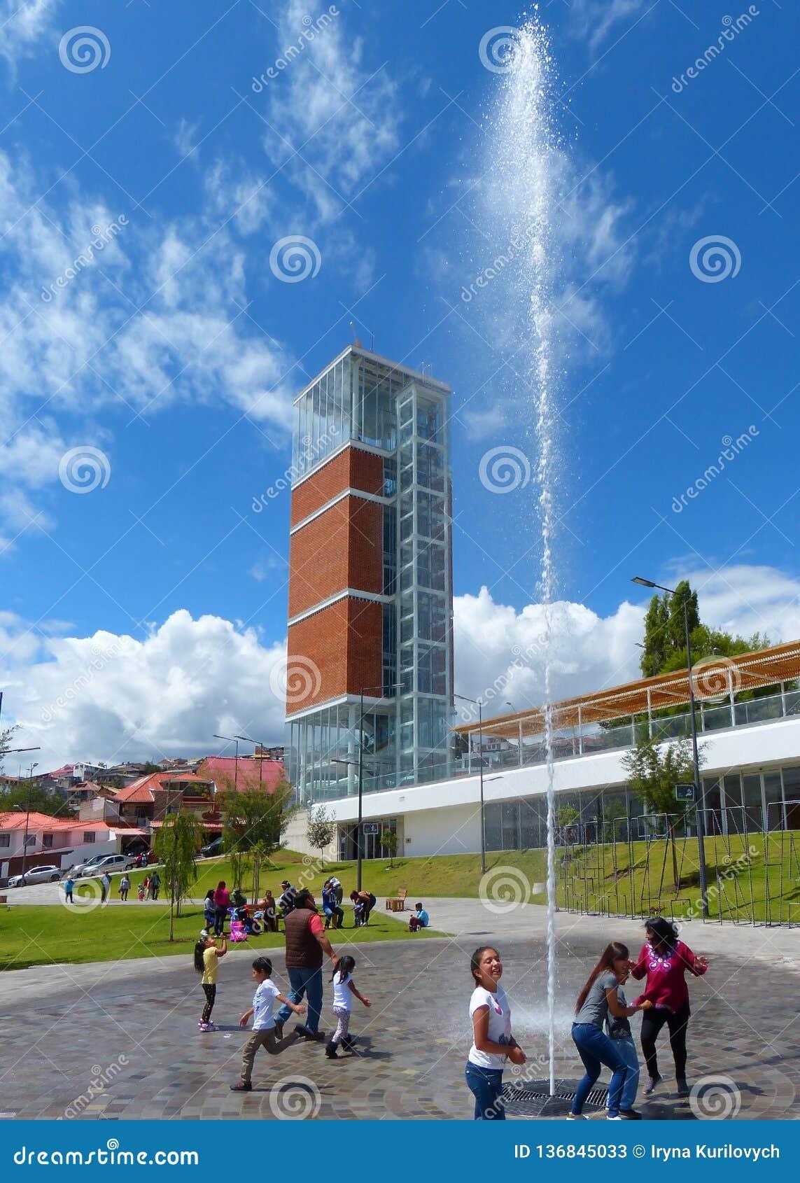Ecuador cuenca Nowożytny obserwacji wierza, fontanna w parkowym Libertad i parkujemy Freedomr