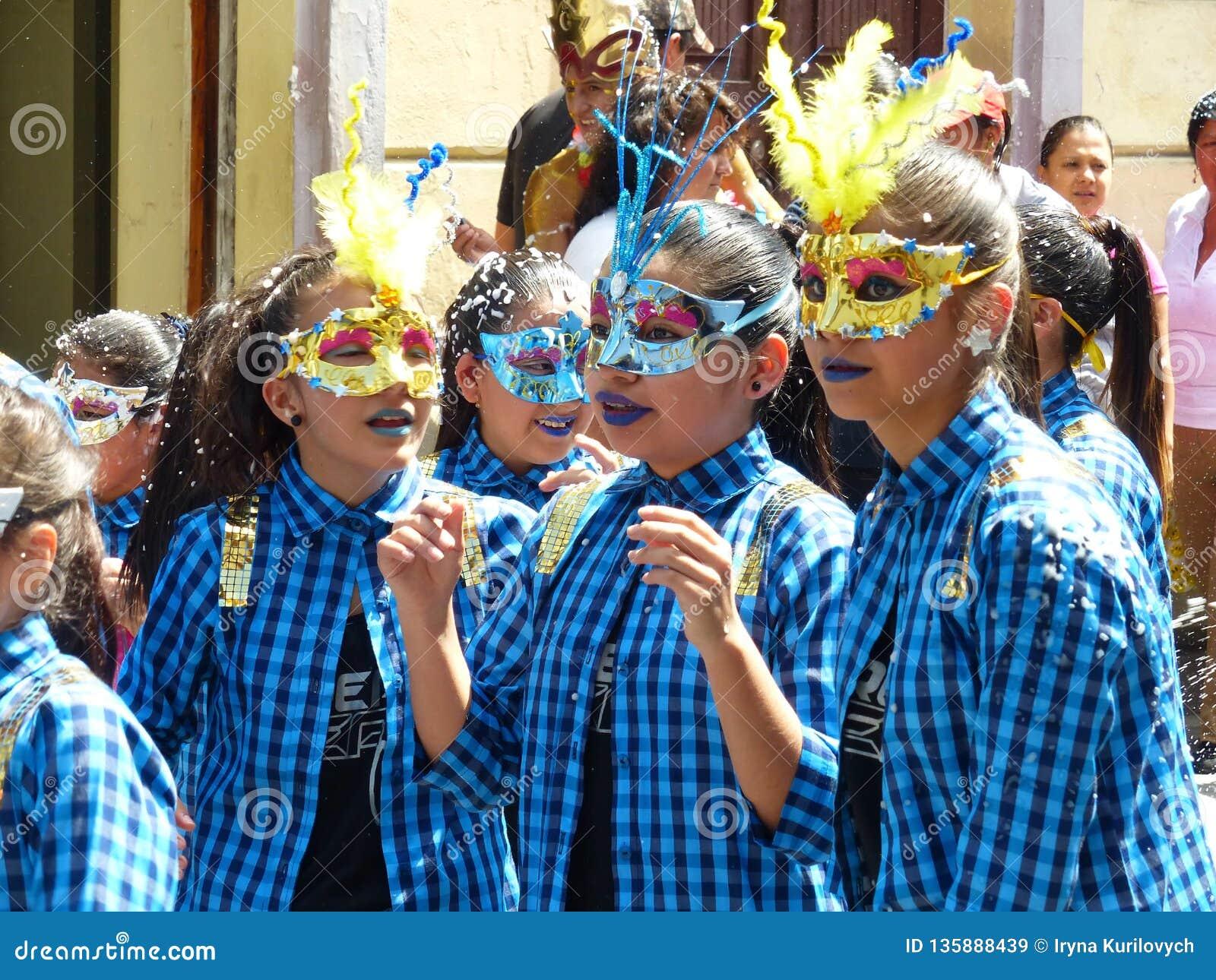 Ecuador cuenca Parada podczas karnawału Dziewczyny target458_0_ maski