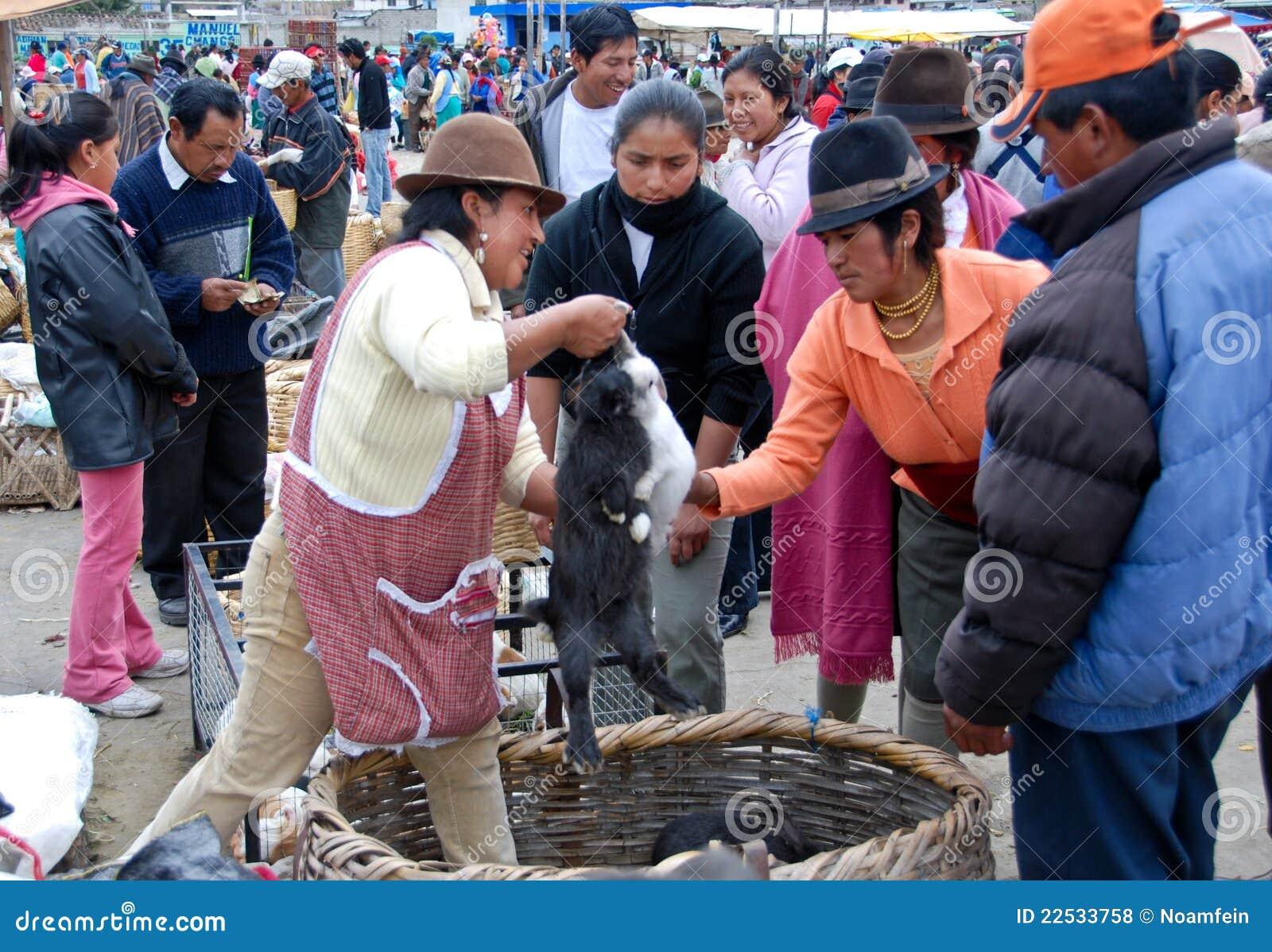Ecuatoriaanse mensen in een lokale markt