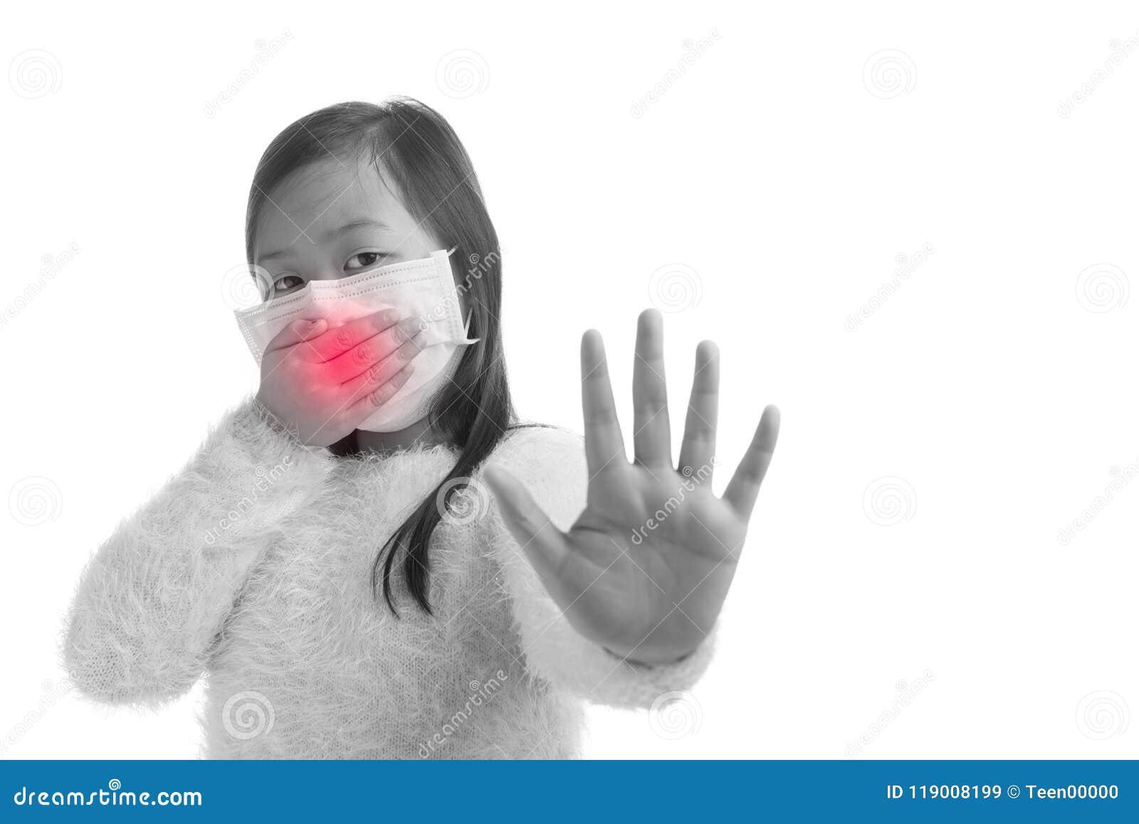 Edad asiática de la muchacha del niño 7 años con la máscara de la protección contra viru de la gripe