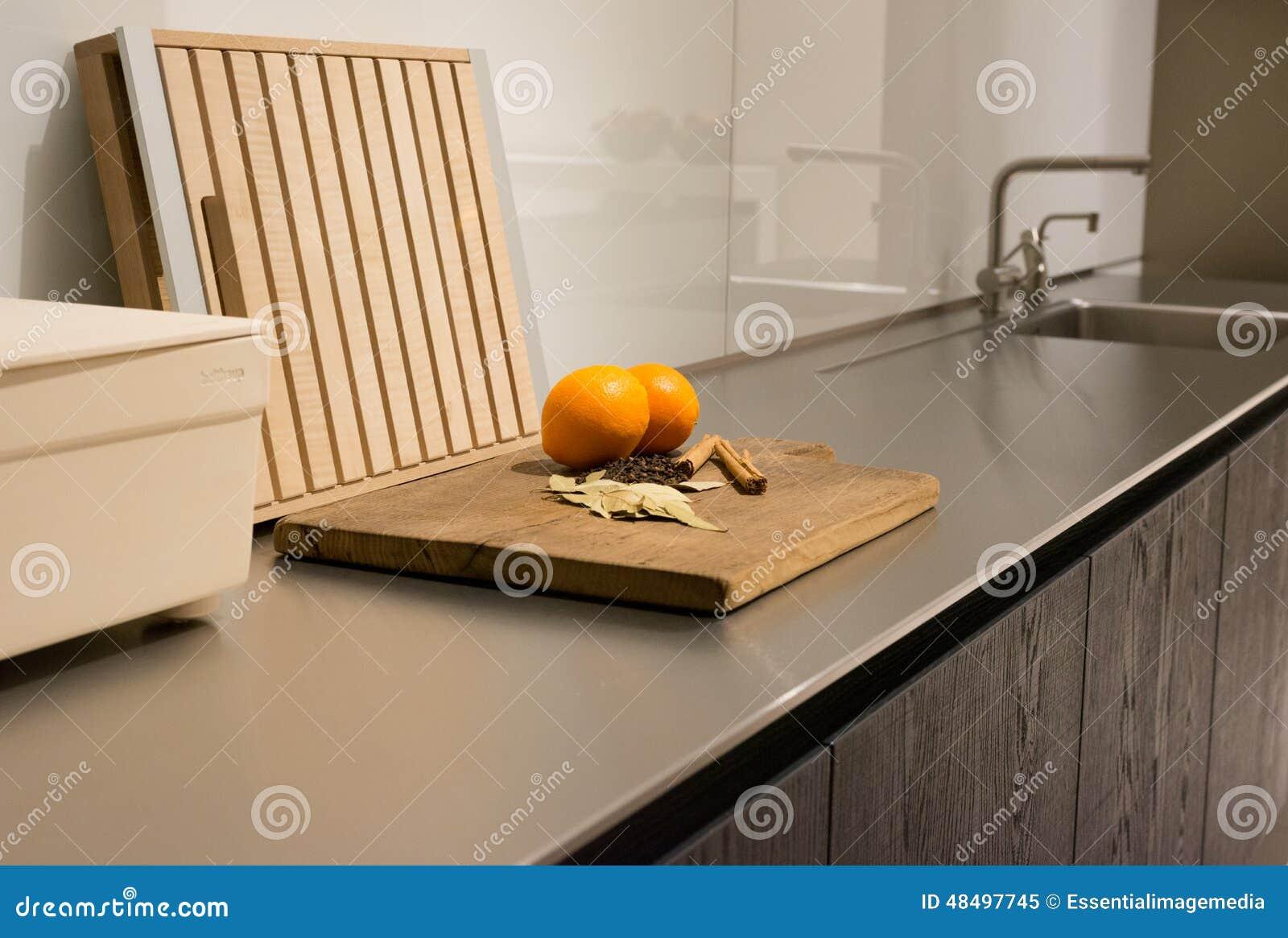 Edelstahl-Küchenarbeitsplatte Stockbild - Bild von frisch, gehackt ...