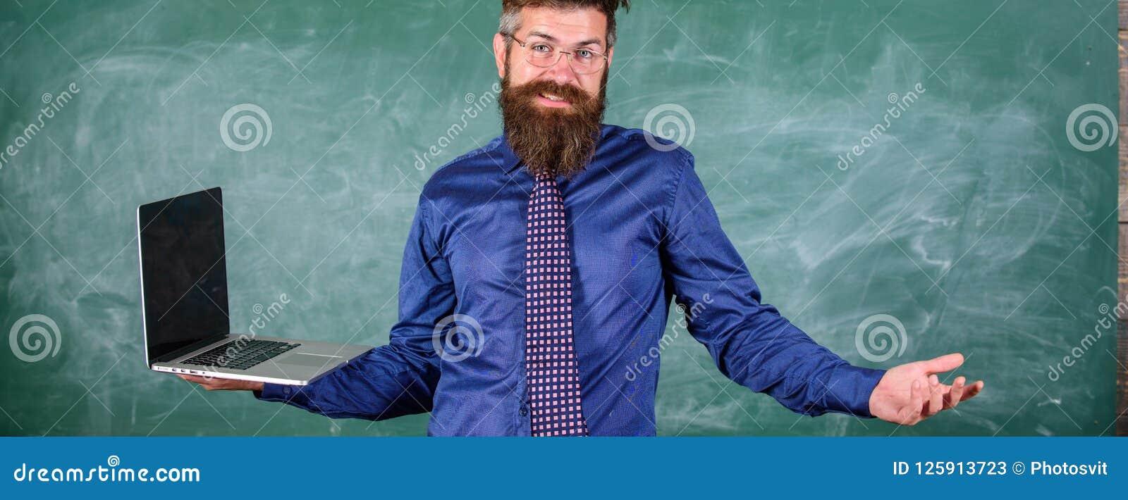 Edições de ensino usando tecnologias modernas A expressão confundida professor do moderno guarda o portátil Edições do ensino à d