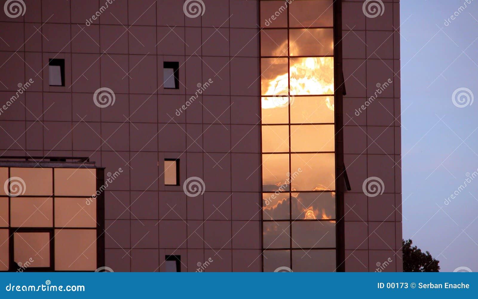 Edifício alta tecnologia no por do sol