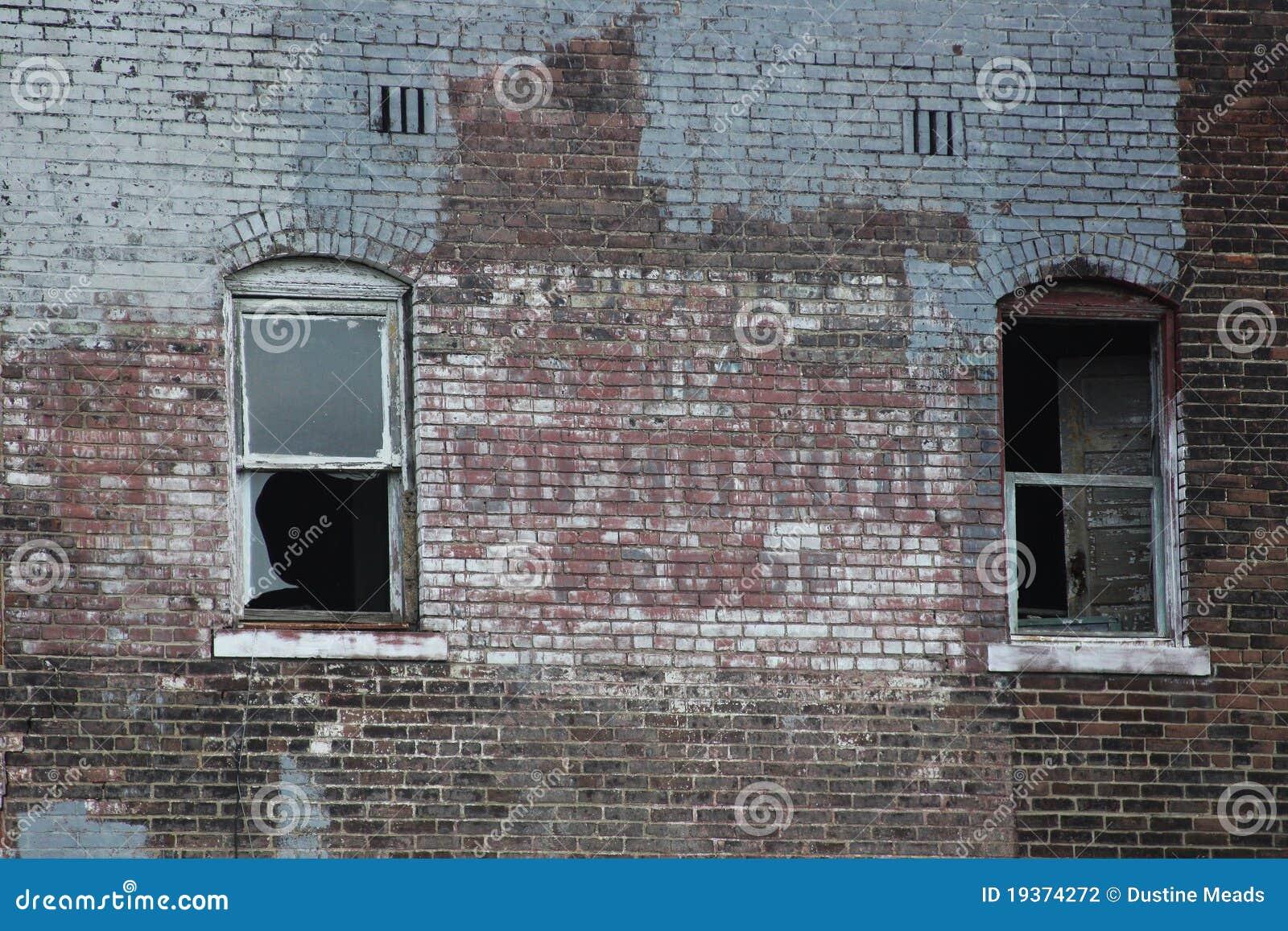 Edifício de tijolo urbano velho abandonado