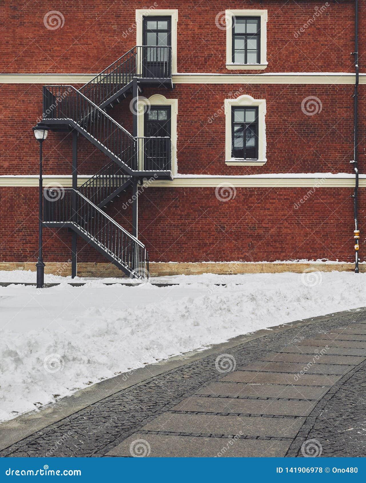 Edifício de tijolo vermelho Escadaria, a fachada da construção Saída de emergência