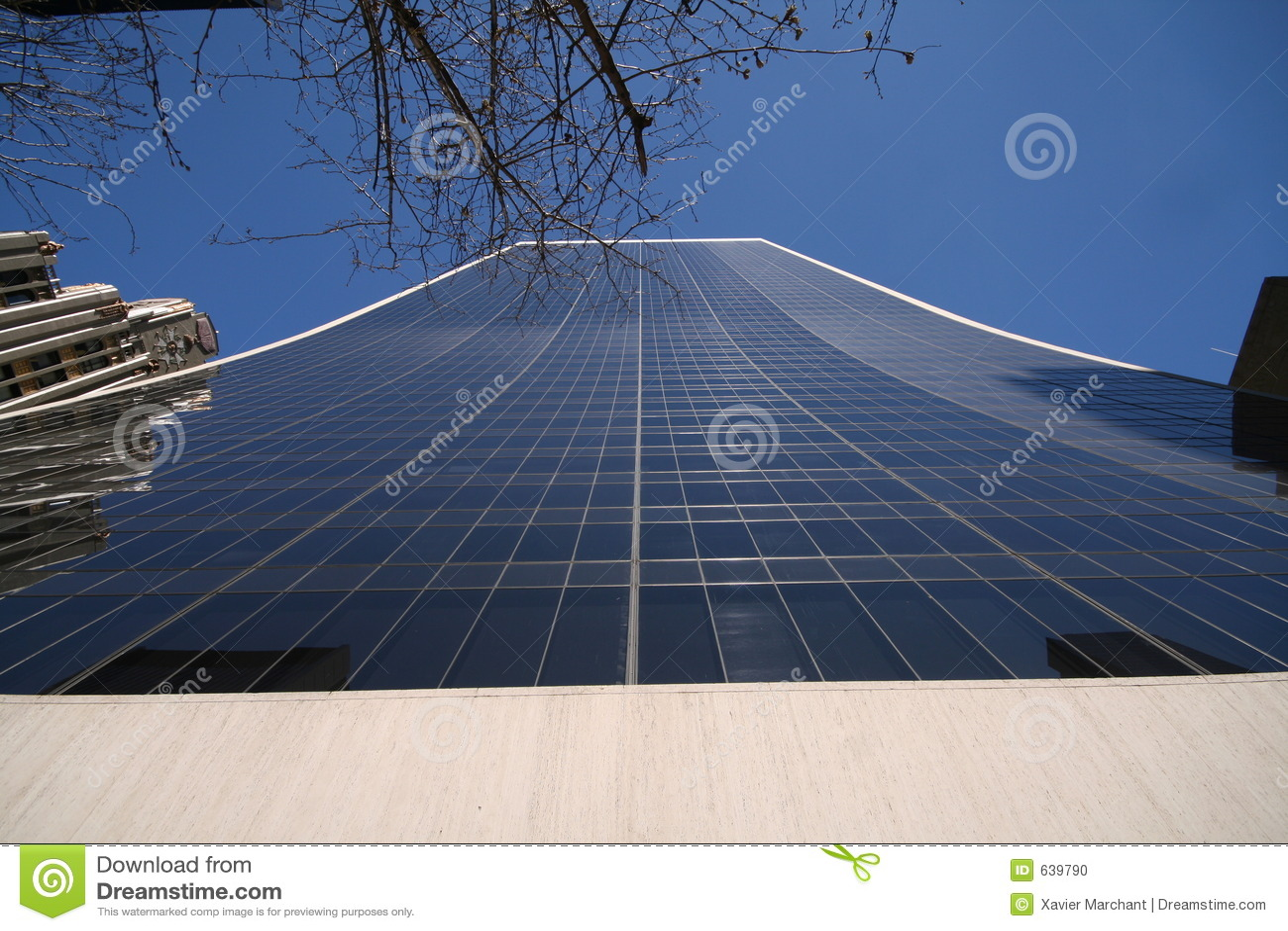 Edifício de vidro alto