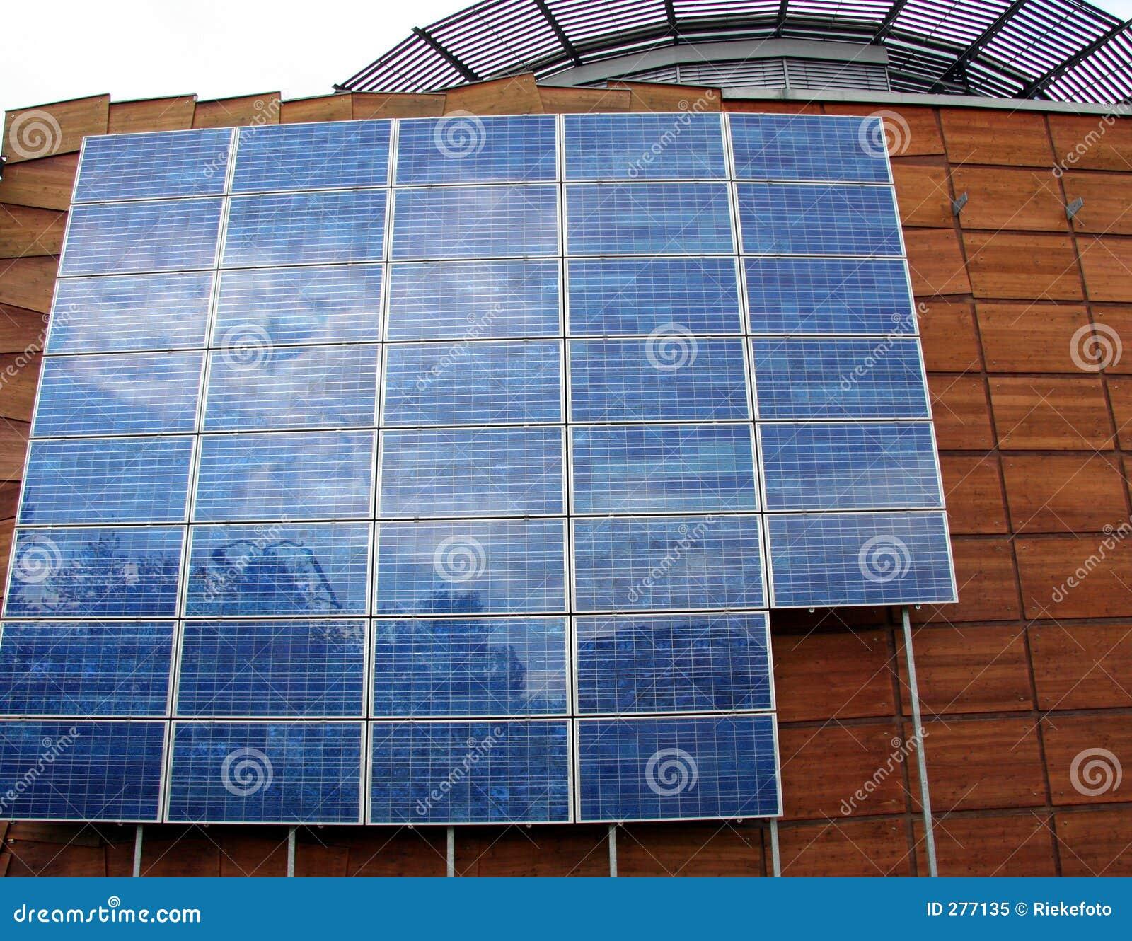 Edifício do negócio com painéis solares