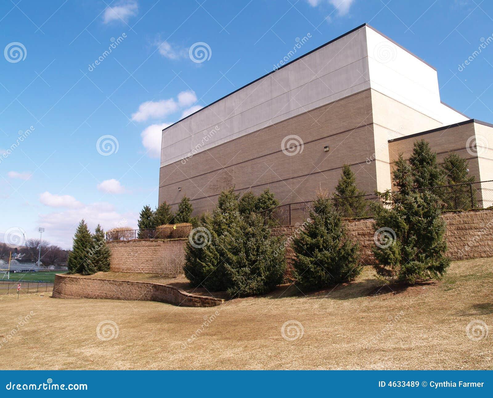 Edifício e árvores de tijolo