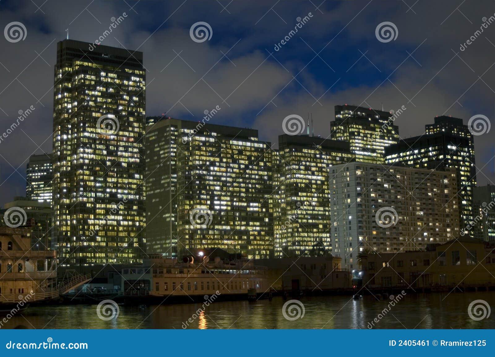 Edifício na noite