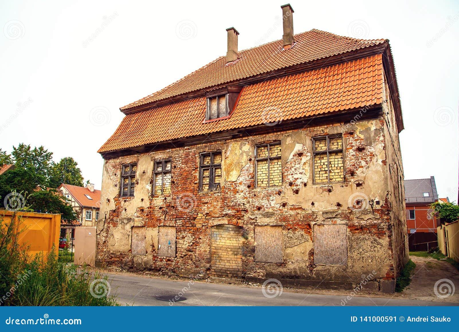 Edifício velho As janelas bricked acima