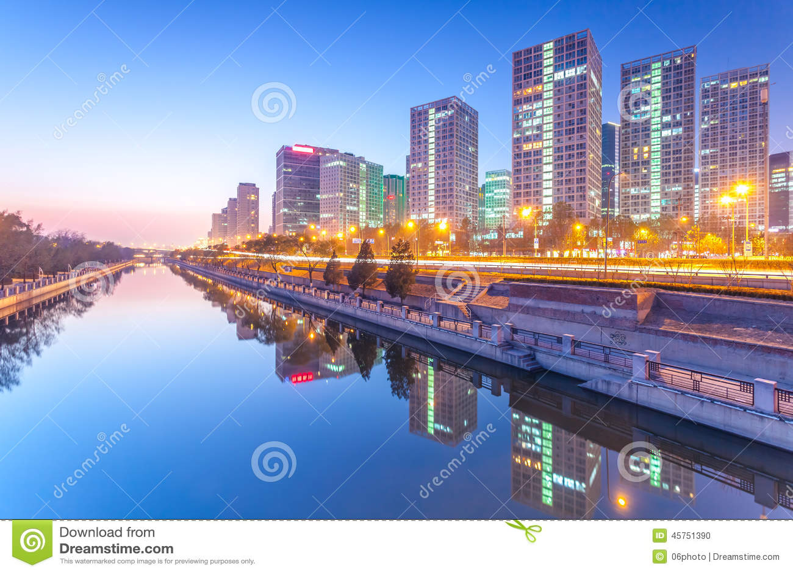 Edifici per uffici a Pechino del centro al tramonto tim