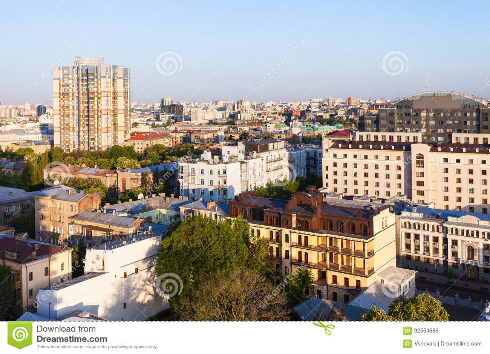 Edifici residenziali a Kiev in albeggiare di primavera