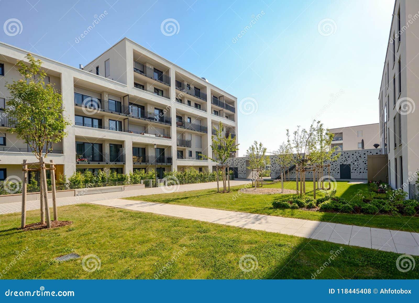 Edifici residenziali moderni con le facilità all aperto, facciata di nuova casa a bassa energia