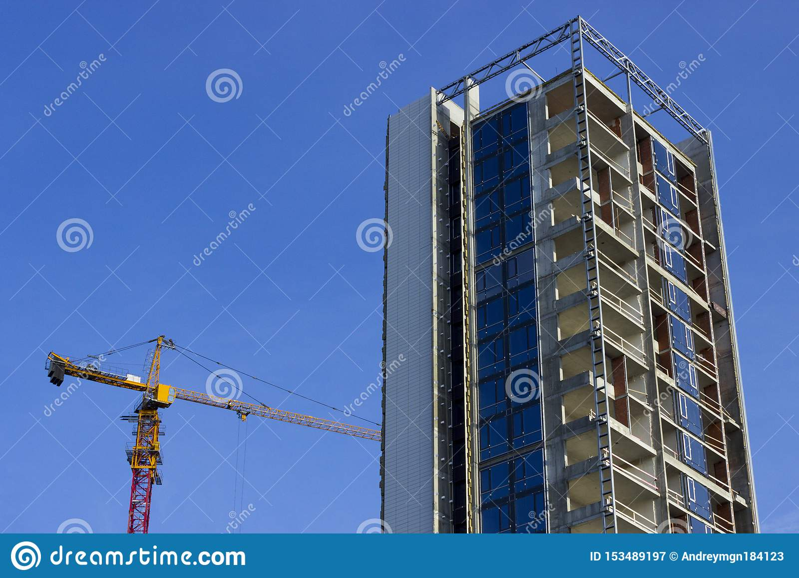 Edificio alto bajo construcci?n