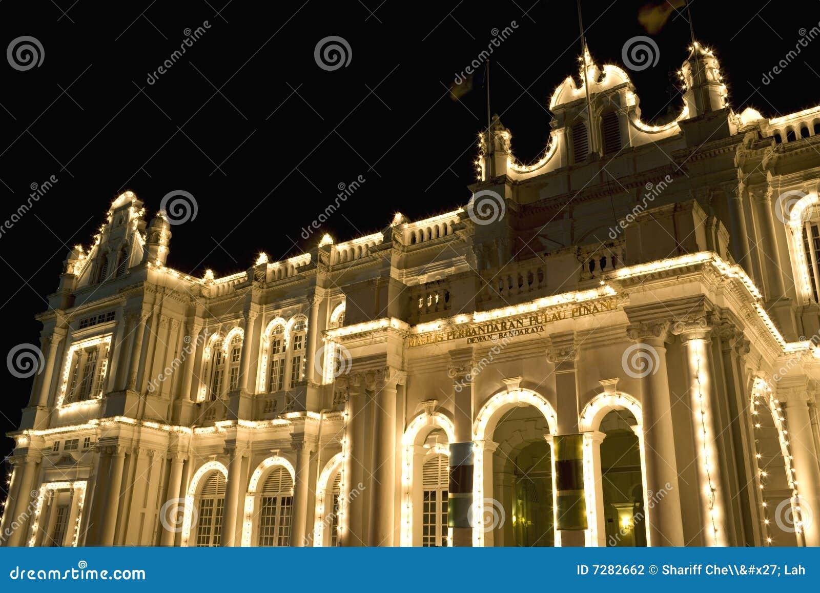 Edificio colonial en la noche
