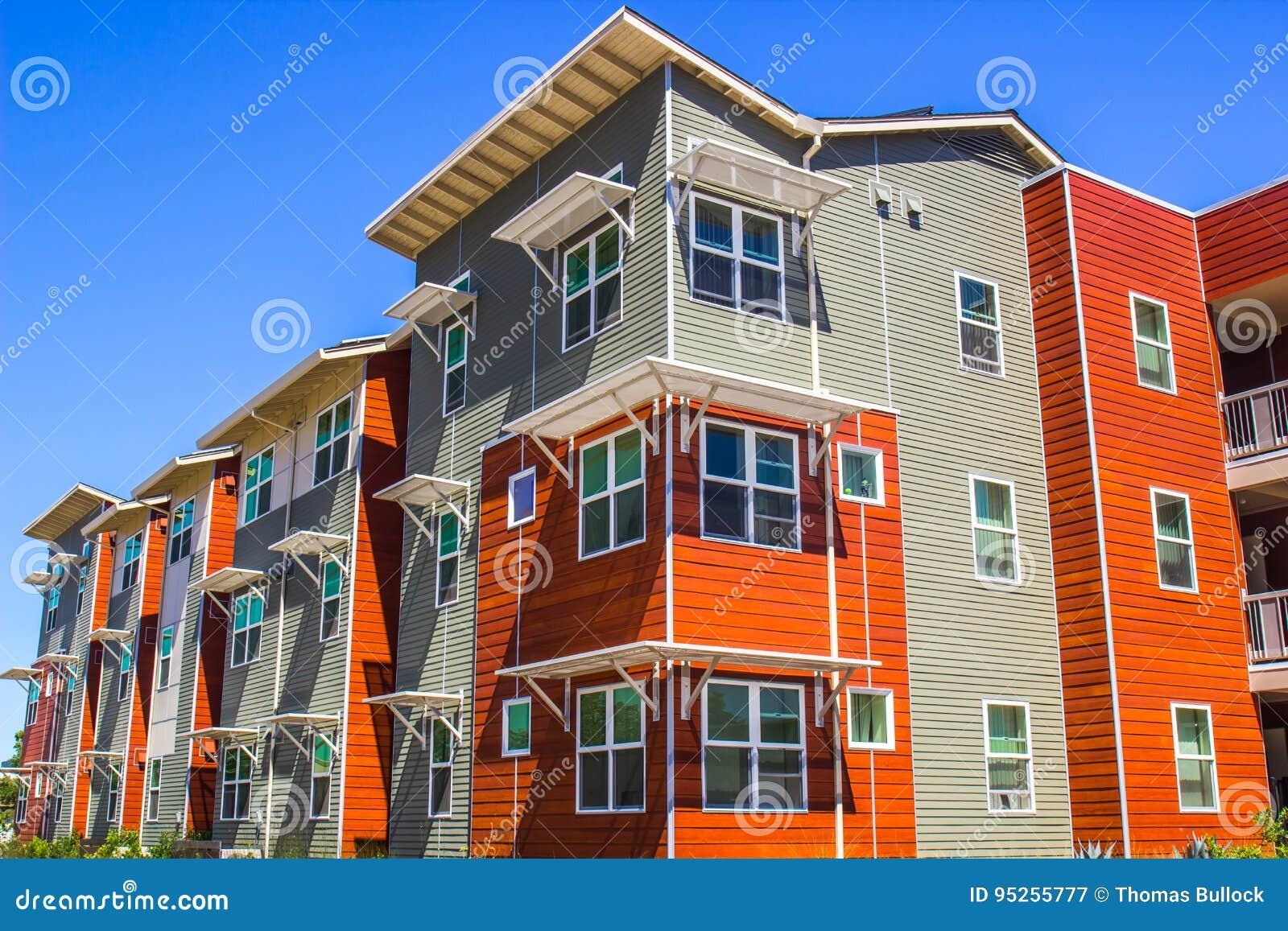 Edificio coloreado multi de tres historias