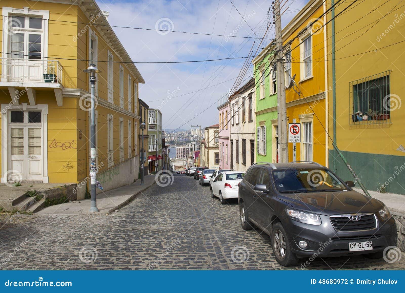 Edificio colorido en la parte histórica de Valparaiso, Chile