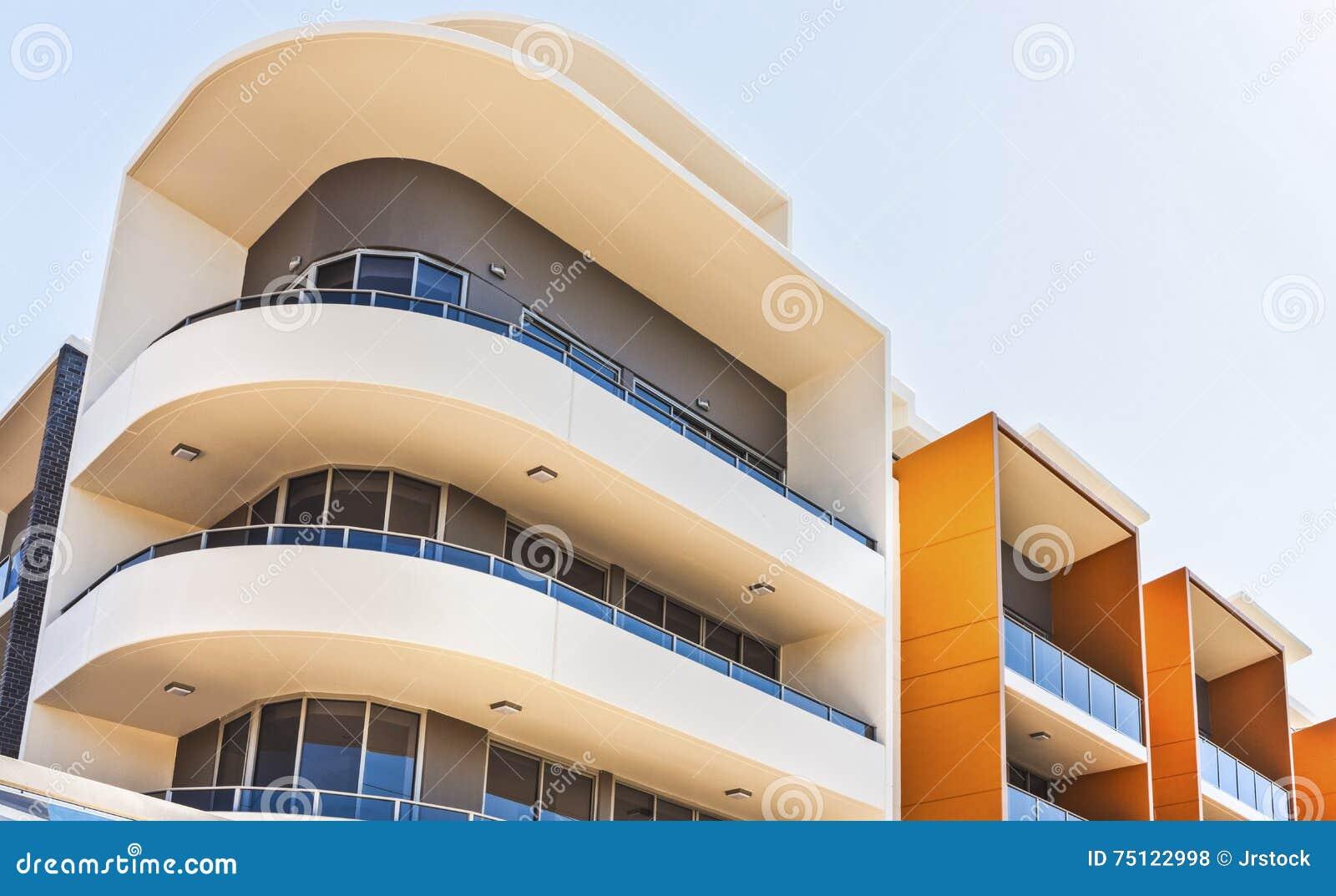 Edificio colorido en una ciudad con vista lateral de la forma curvada
