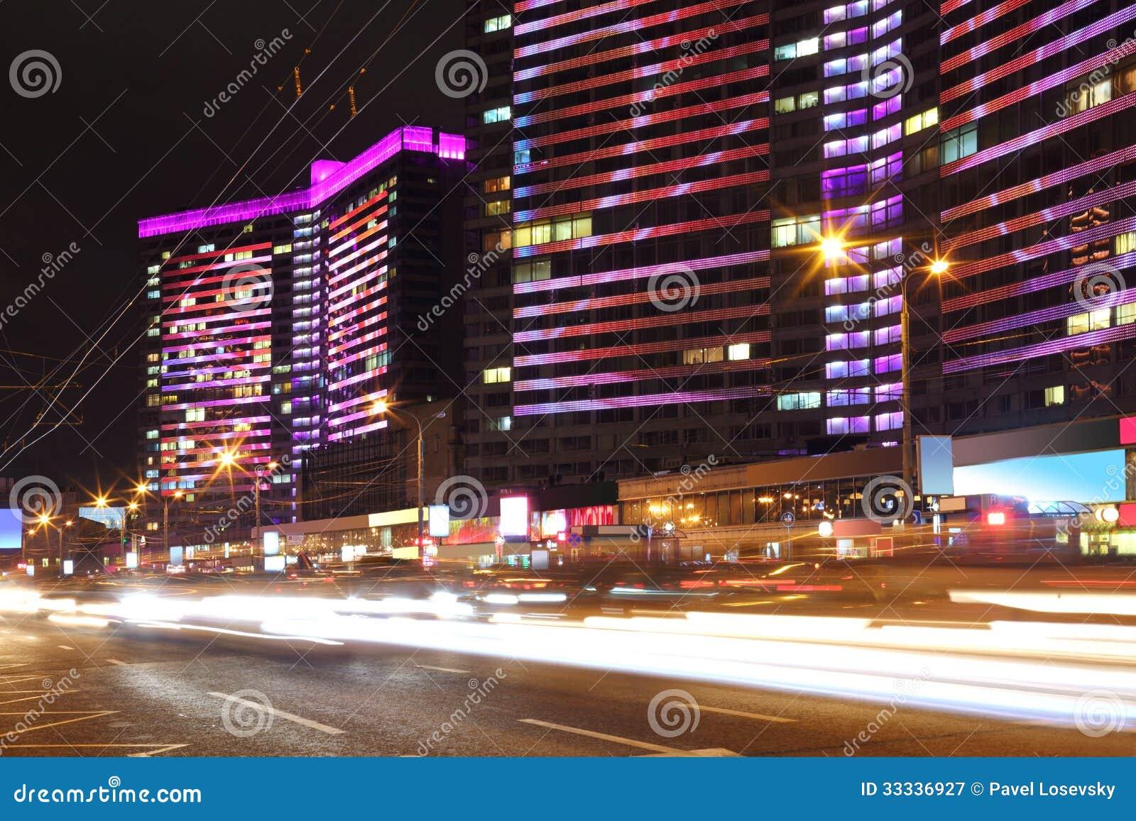 Edificio con la iluminación multicolora brillante