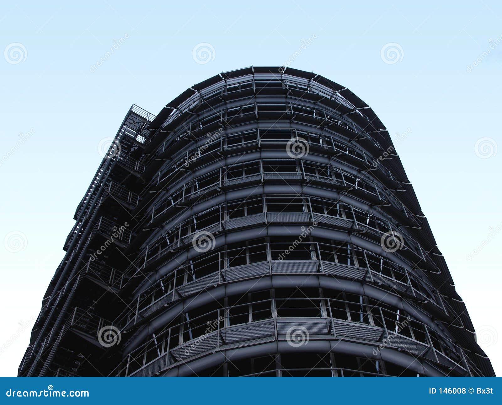 Edificio de acero en el cielo