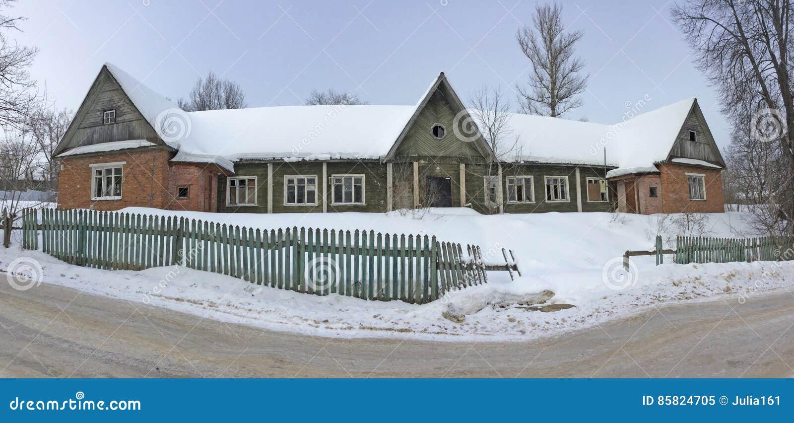 Edificio de apartamentos de madera construido en el tiempo de Stalin Ciudad de Iksha, región de Moscú