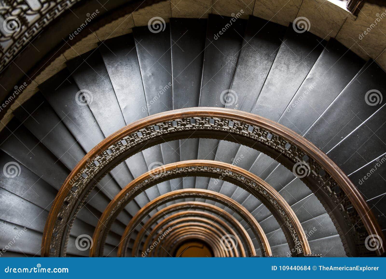Edificio de Arrott - escalera de mármol espiral a medias circular - Pittsburgh céntrica, Pennsylvania