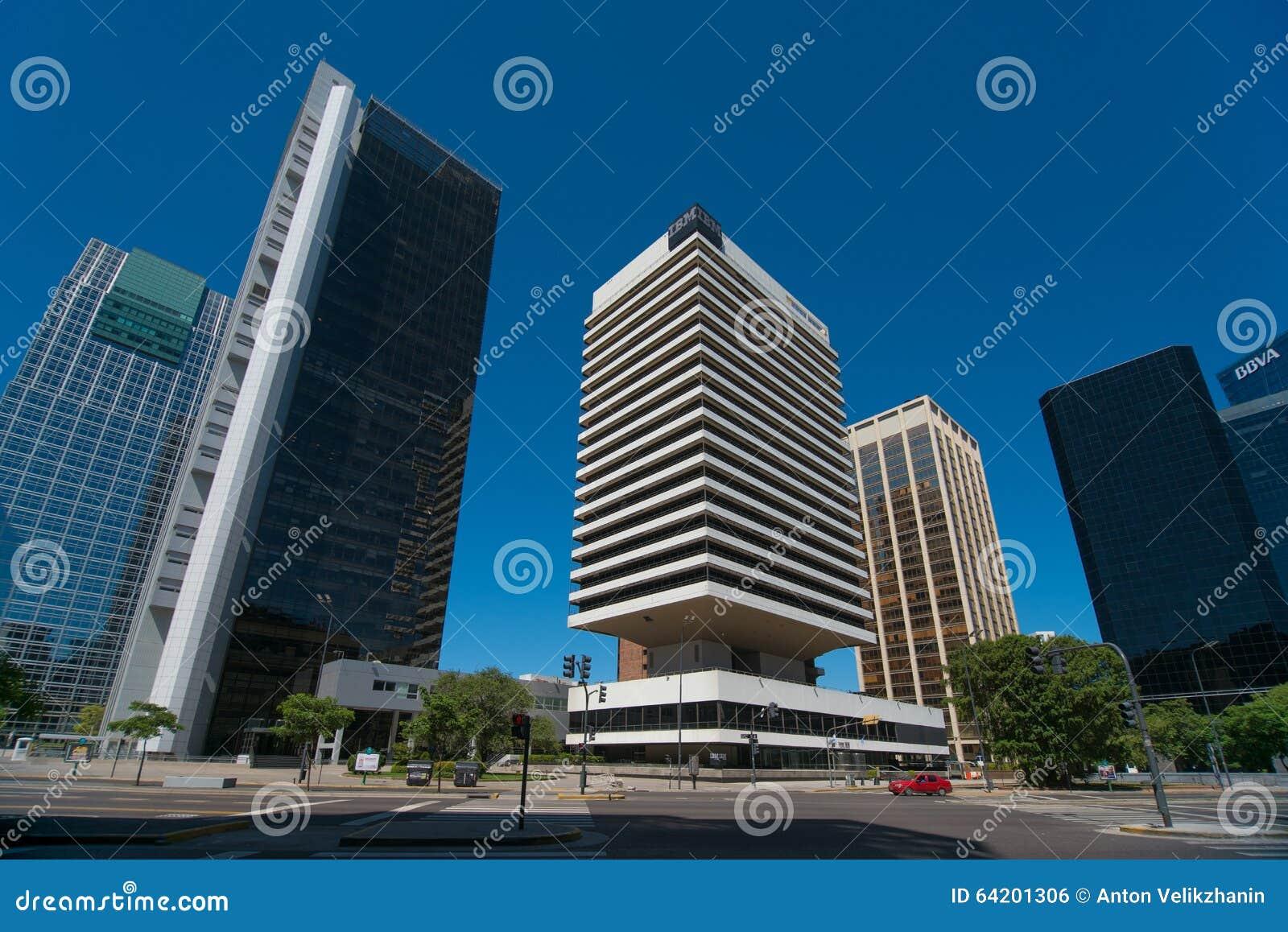 Edificio de IBM rodeado por los edificios de alta densidad