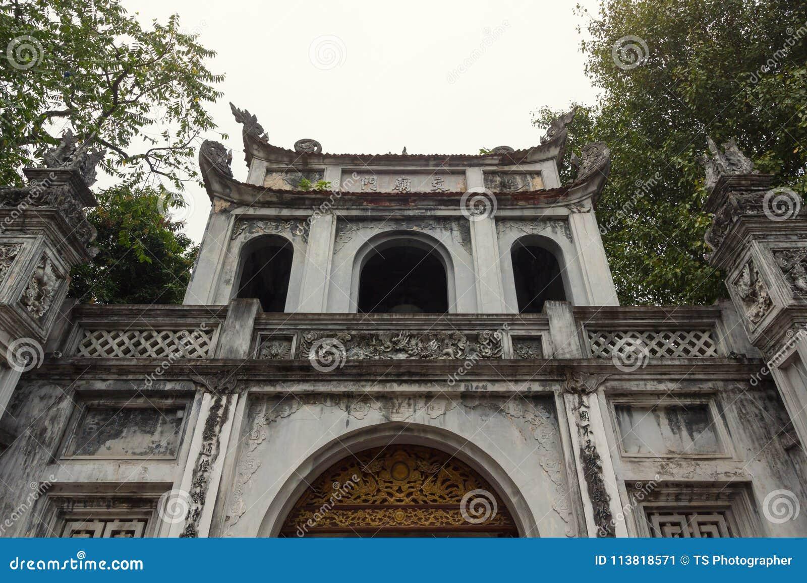Edificio de la entrada principal del templo de la literatura - universidad nacional del ` s primer de Vietnam construida en 1070