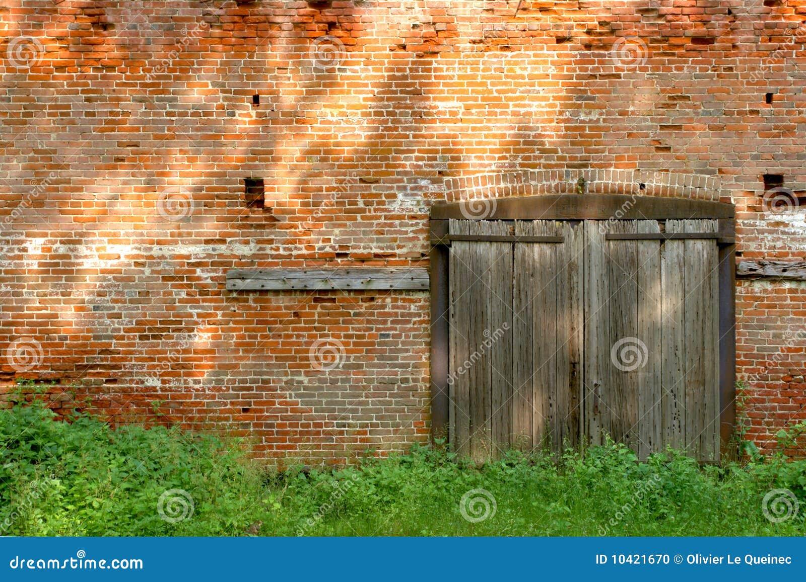Edificio de ladrillo industrial viejo con las puertas de madera