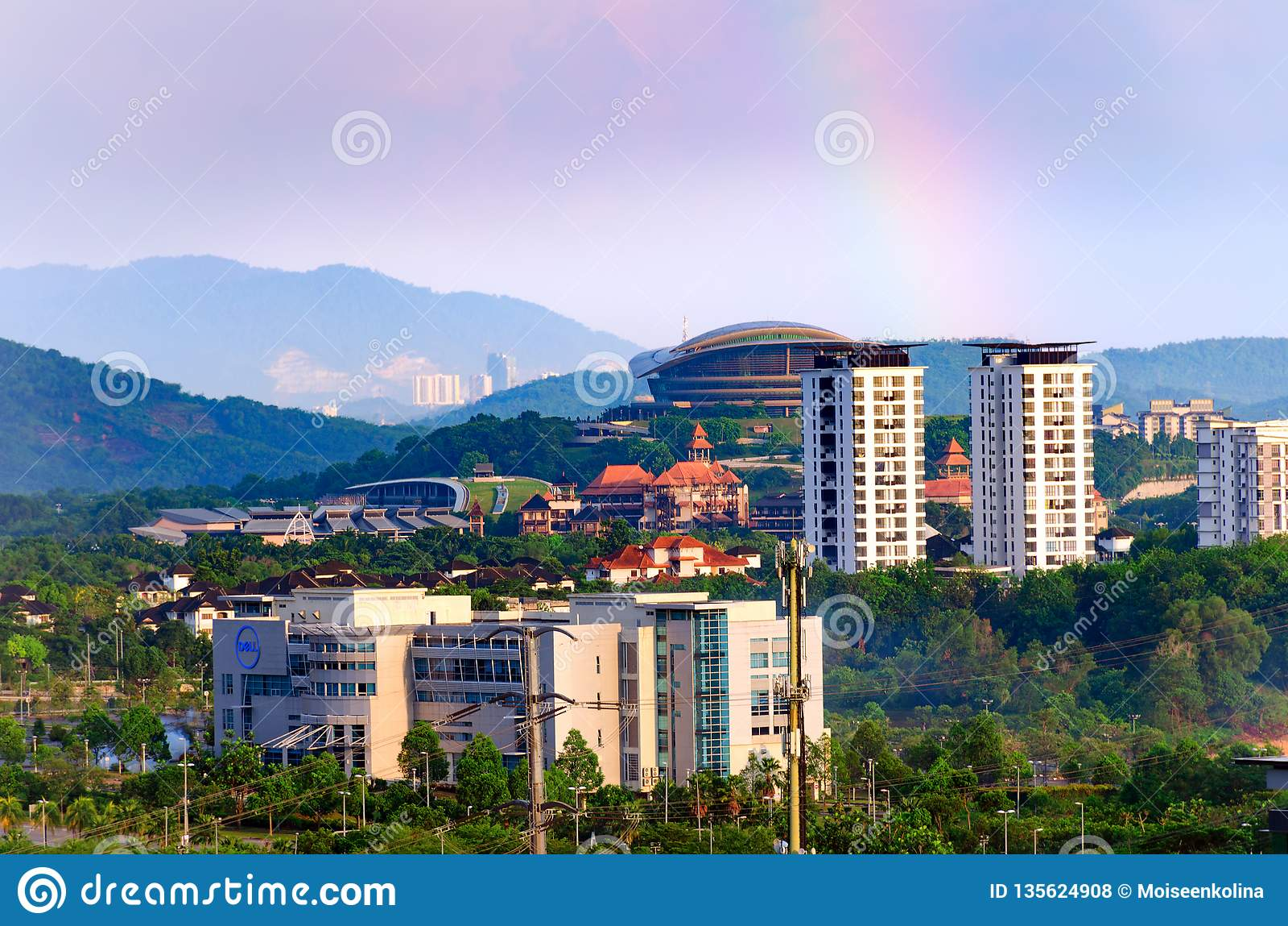 Edificio de oficinas de Dell del paisaje urbano, edificios altos, en el paisaje de Putrajaya del primero plano