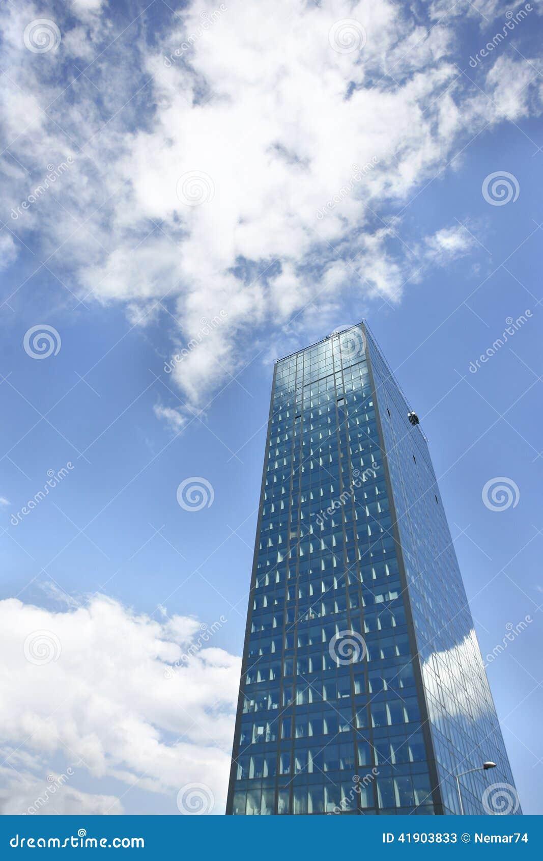 Edificio de oficinas en fondo del cielo azul