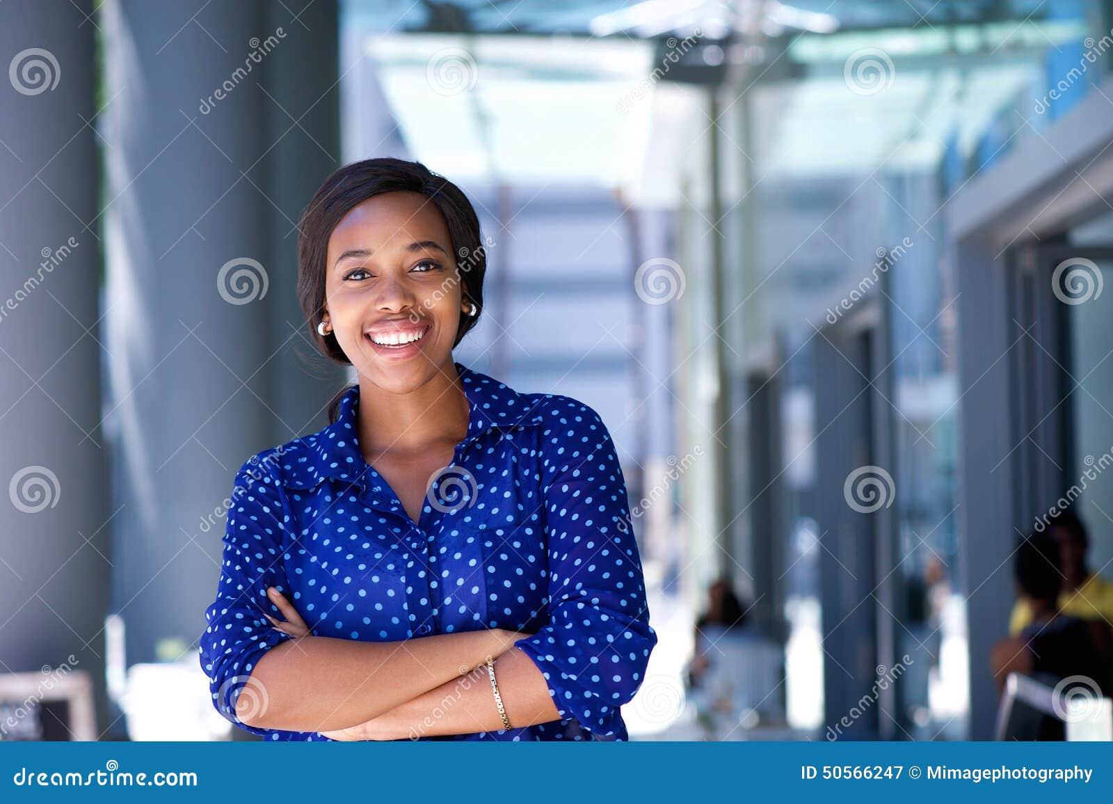 Edificio de oficinas exterior derecho joven feliz de la mujer de negocios