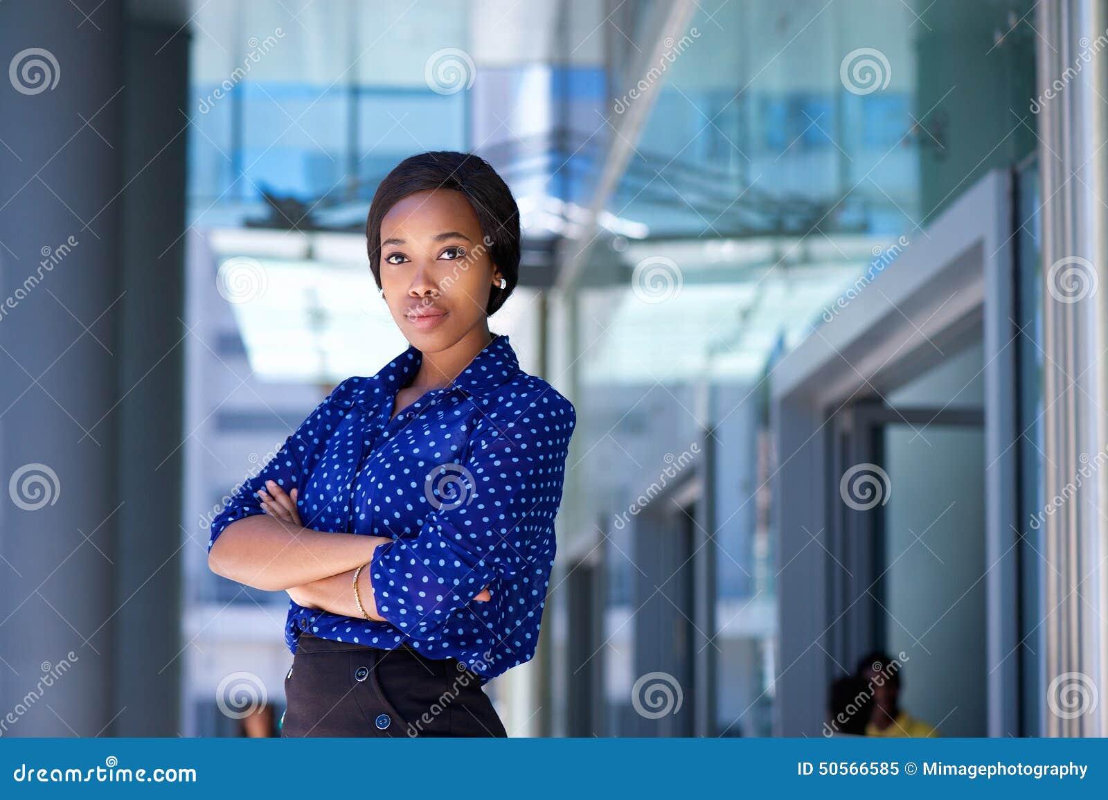 Edificio de oficinas exterior derecho serio de la mujer de negocios