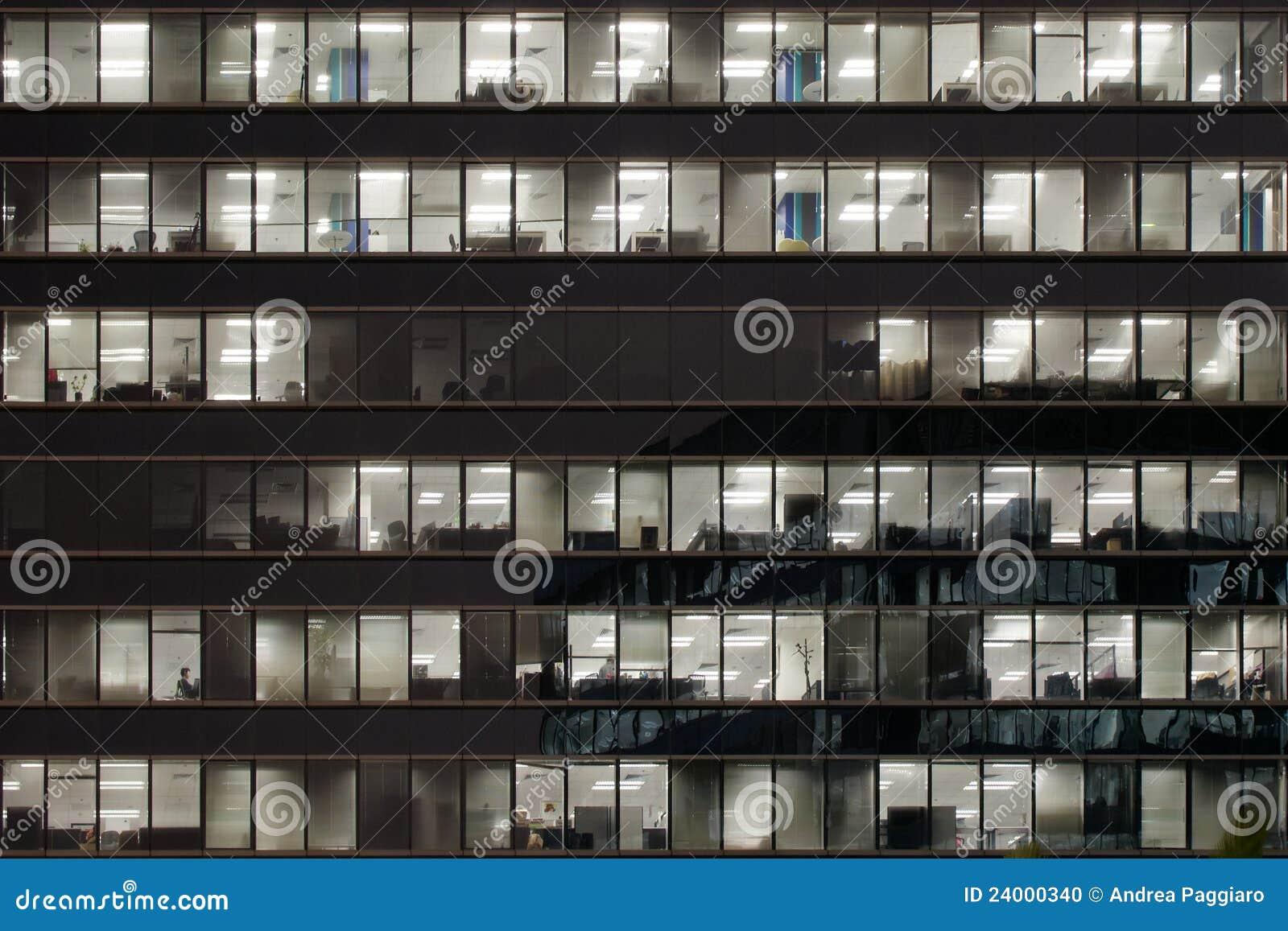 Edificio de oficinas iluminado en la noche imagen for Edificio oficinas