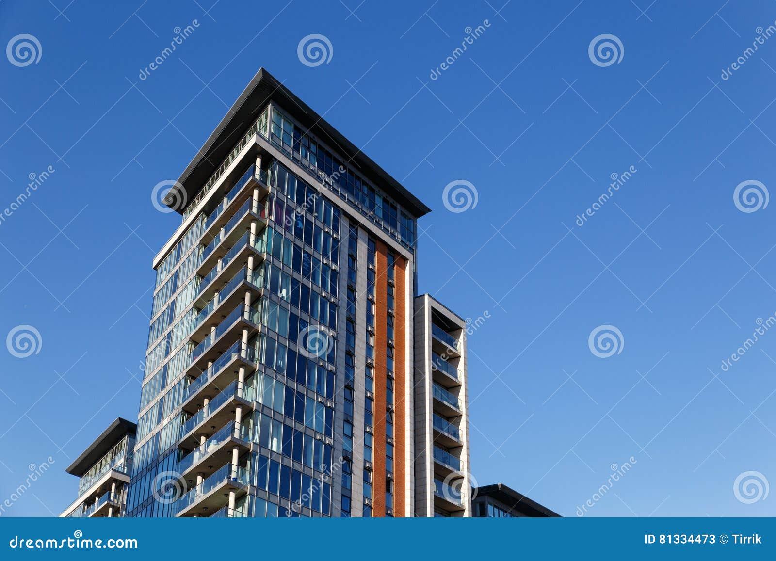 Edificio de oficinas moderno con la fachada de cristal - Fachada de cristal ...