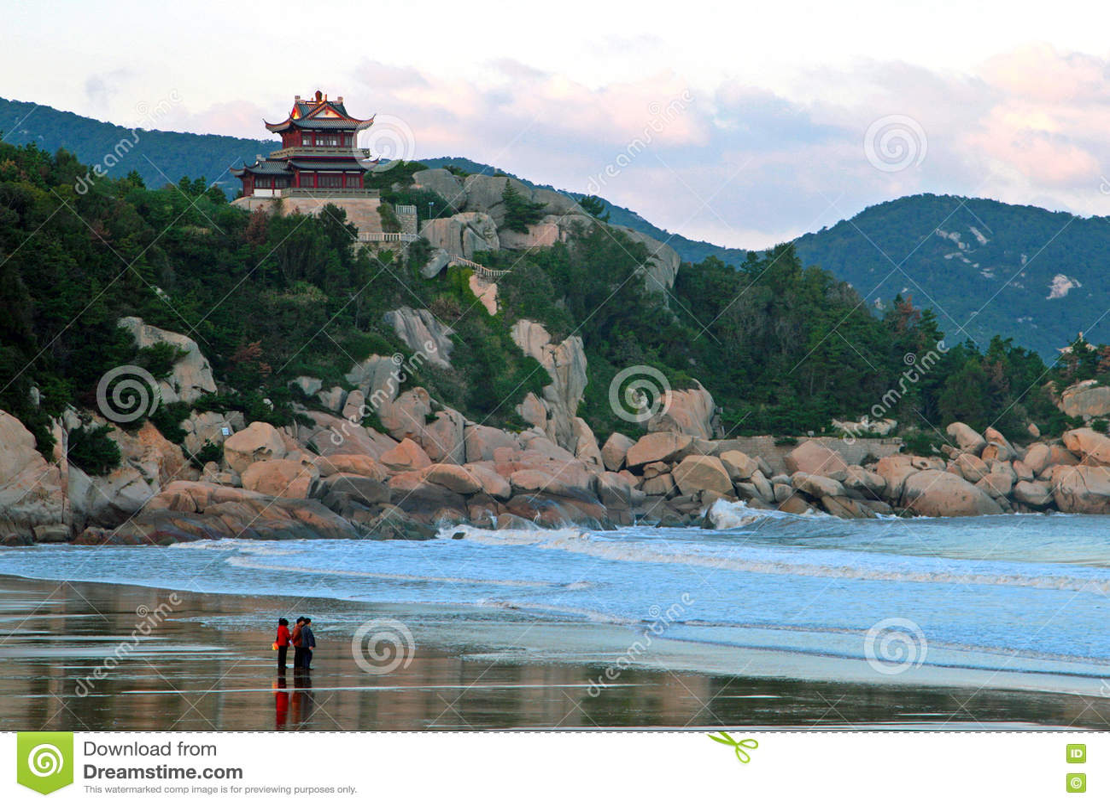 Edificio del chino tradicional en el acantilado de la orilla de C del este