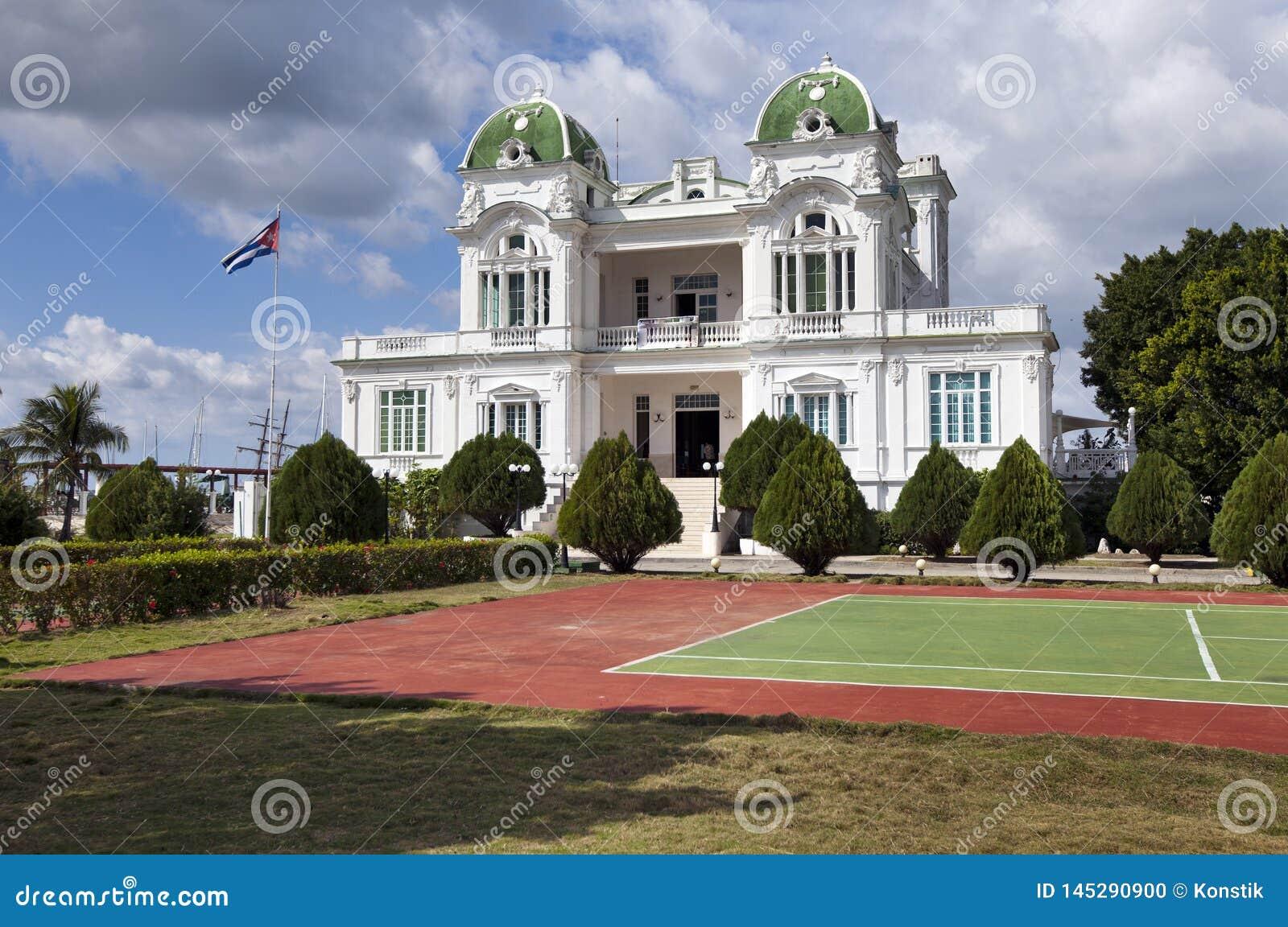 Edificio del club náutico de Cienfuegos cuba