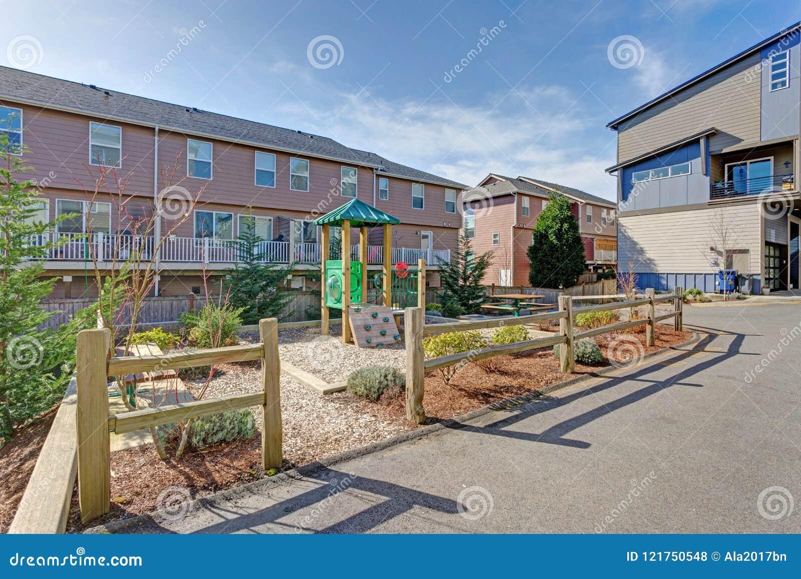 Edificio del complejo de apartamentos con el patio de los niños