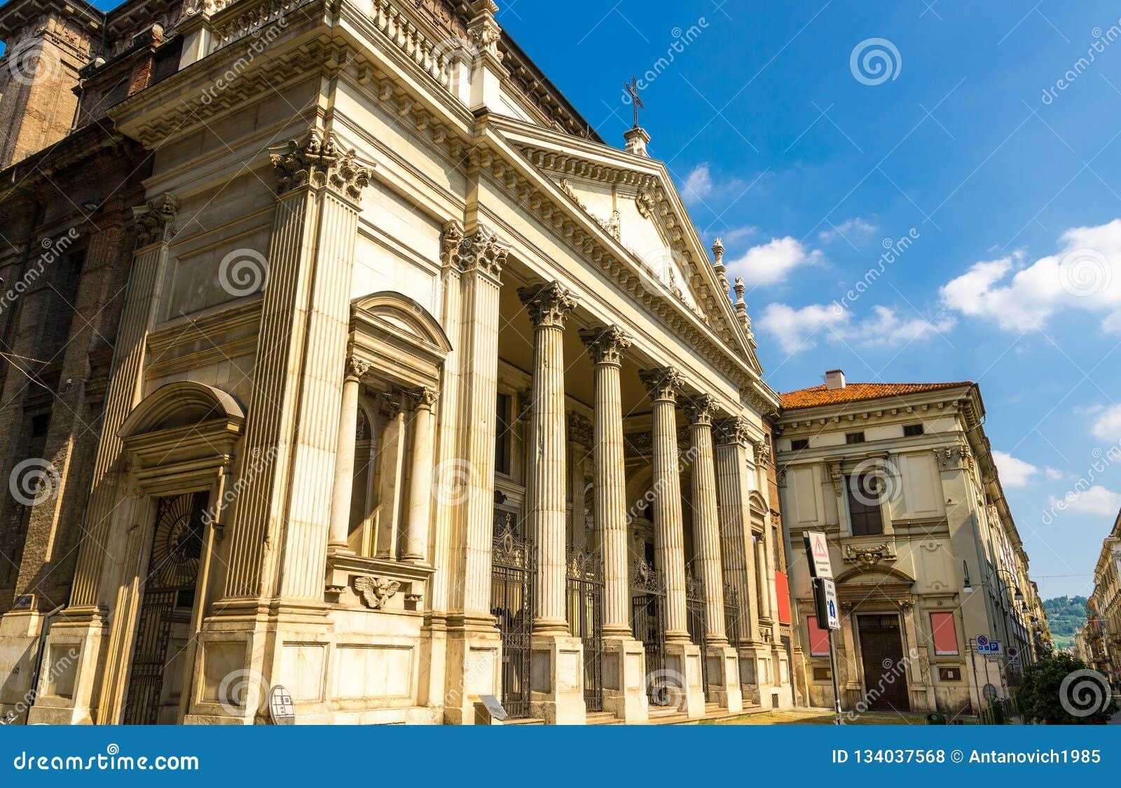 Edificio del estilo del clasicismo de la iglesia católica de Chiesa di San Filippo Neri