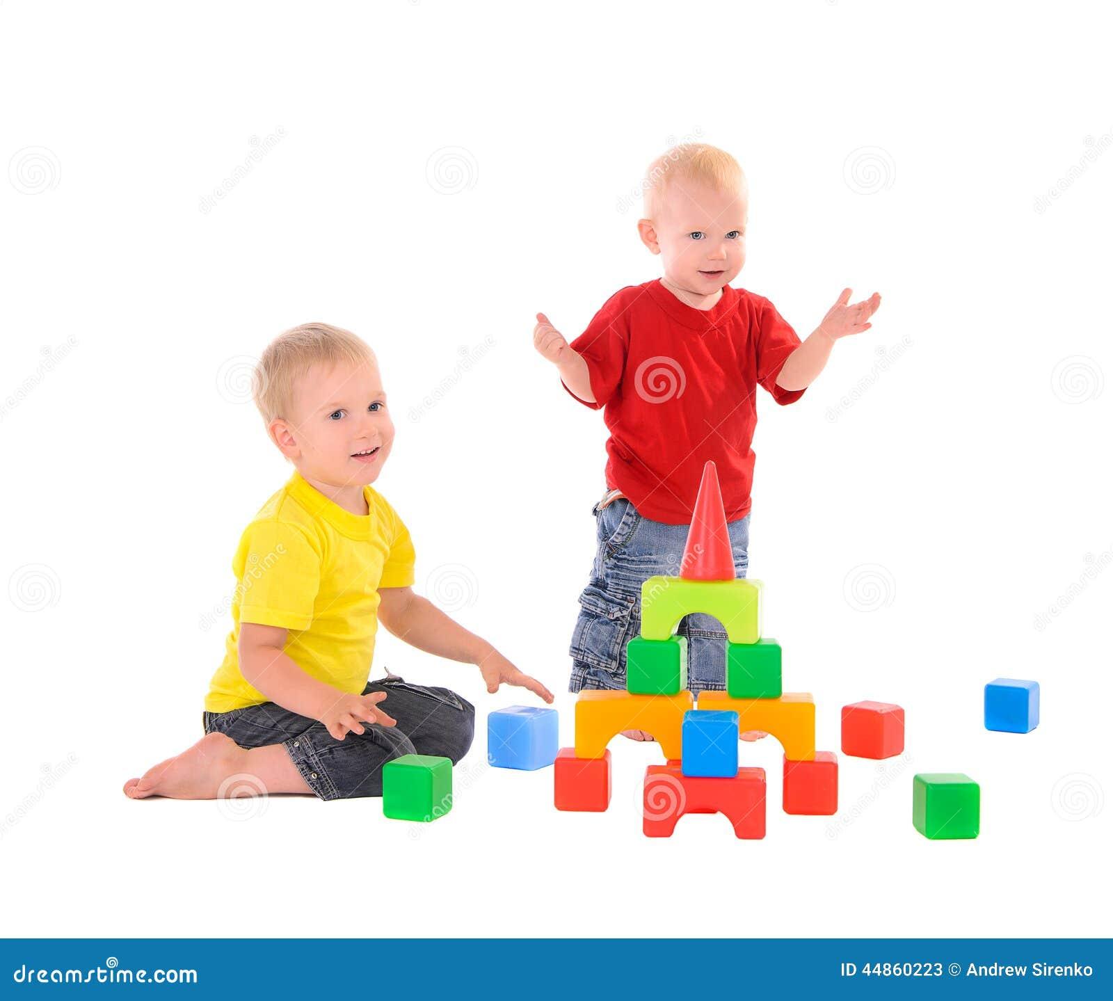 Edificio del juguete de dos estructuras de los hermanos de cubos coloreados