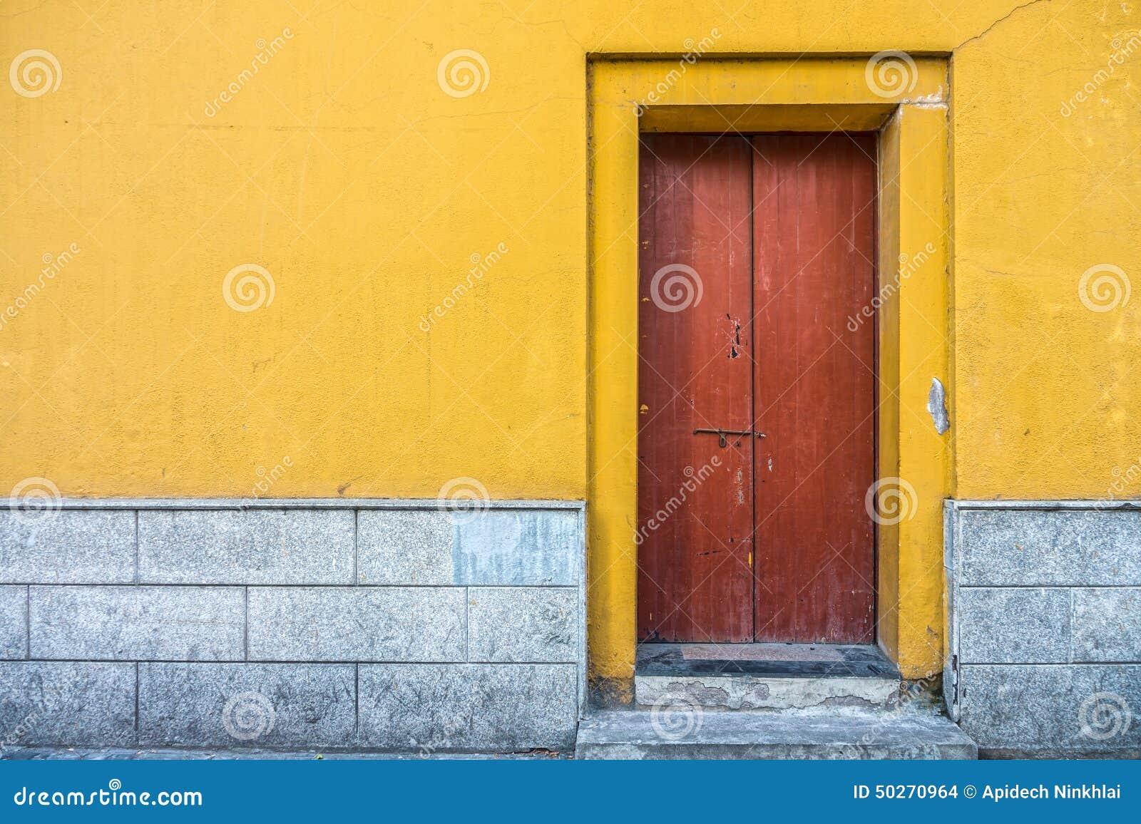 Edificio del vintage con la puerta de madera roja y el - Muro de madera ...