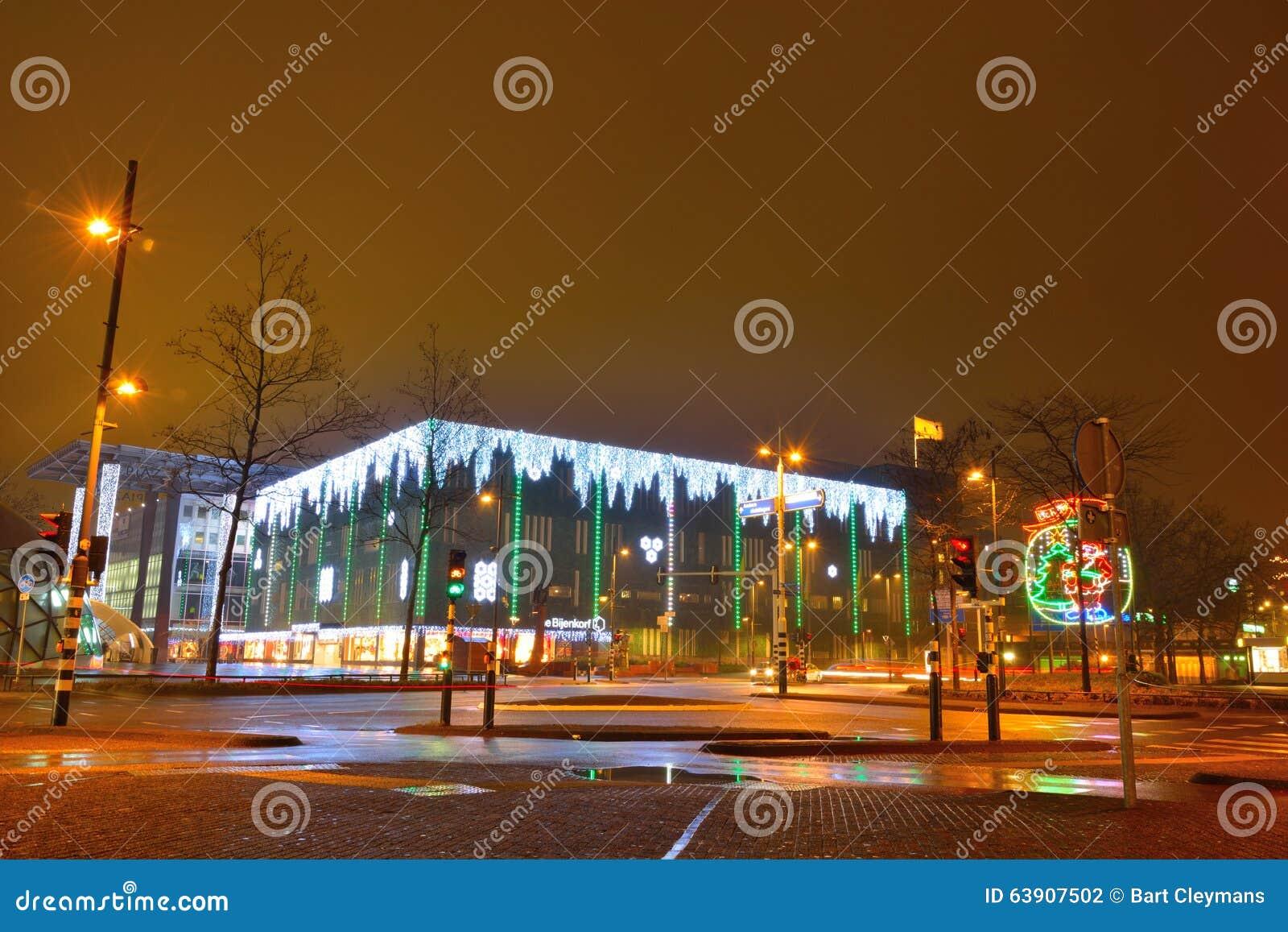 edificio futurista con las luces de la navidad asombrosas