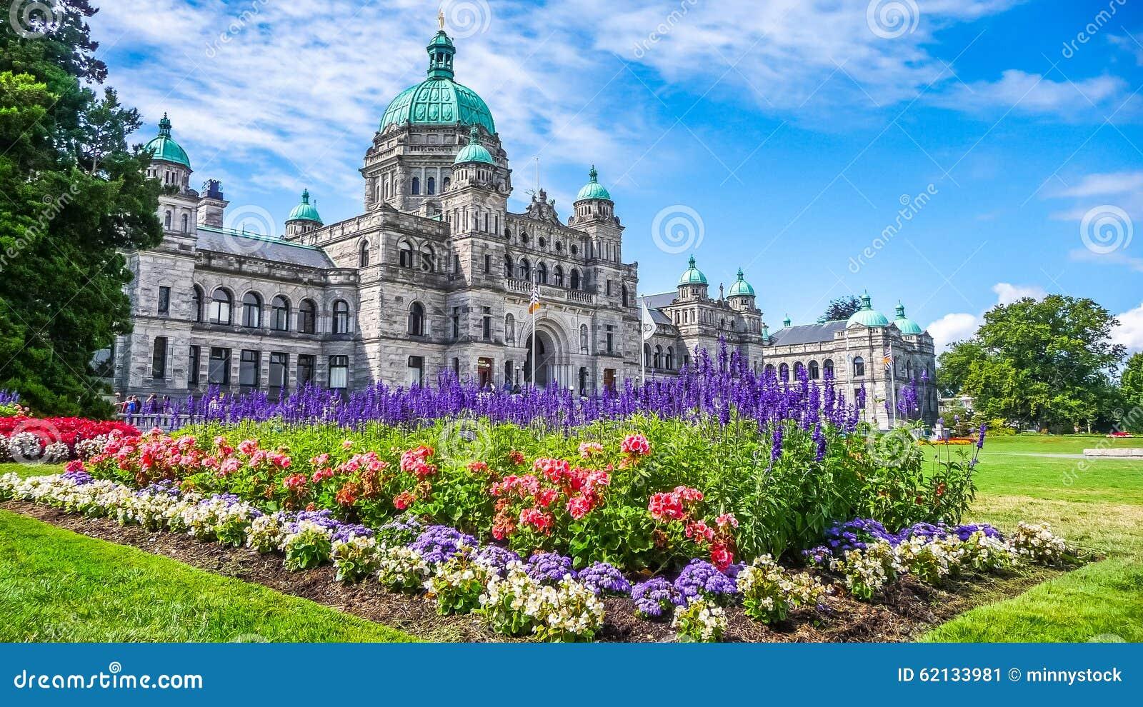 Edificio histórico del parlamento en Victoria con las flores coloridas, isla de Vancouver, Columbia Británica, Canadá